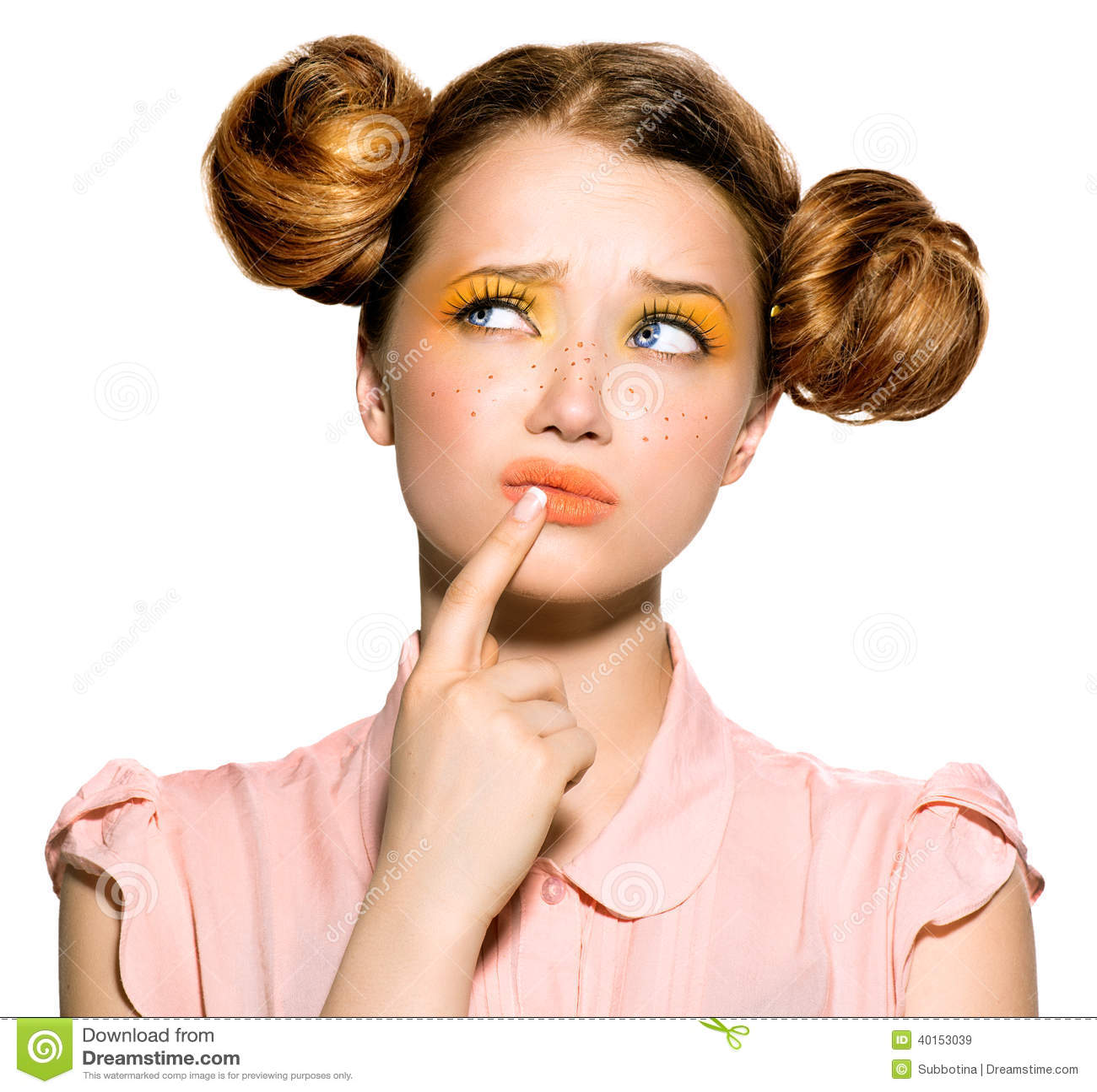Adolescente con il pensiero delle lentiggini