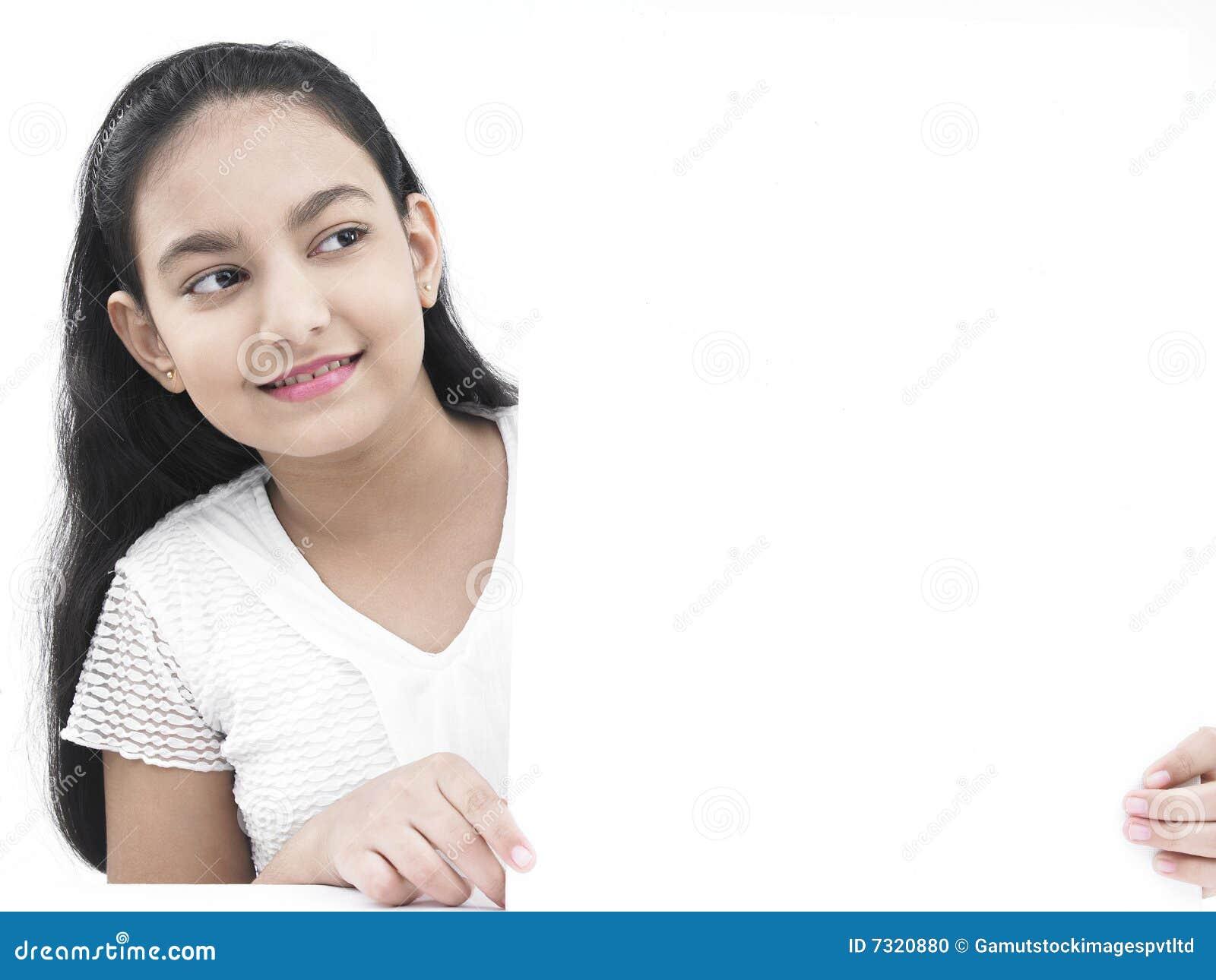Adolescente con un cartello in bianco