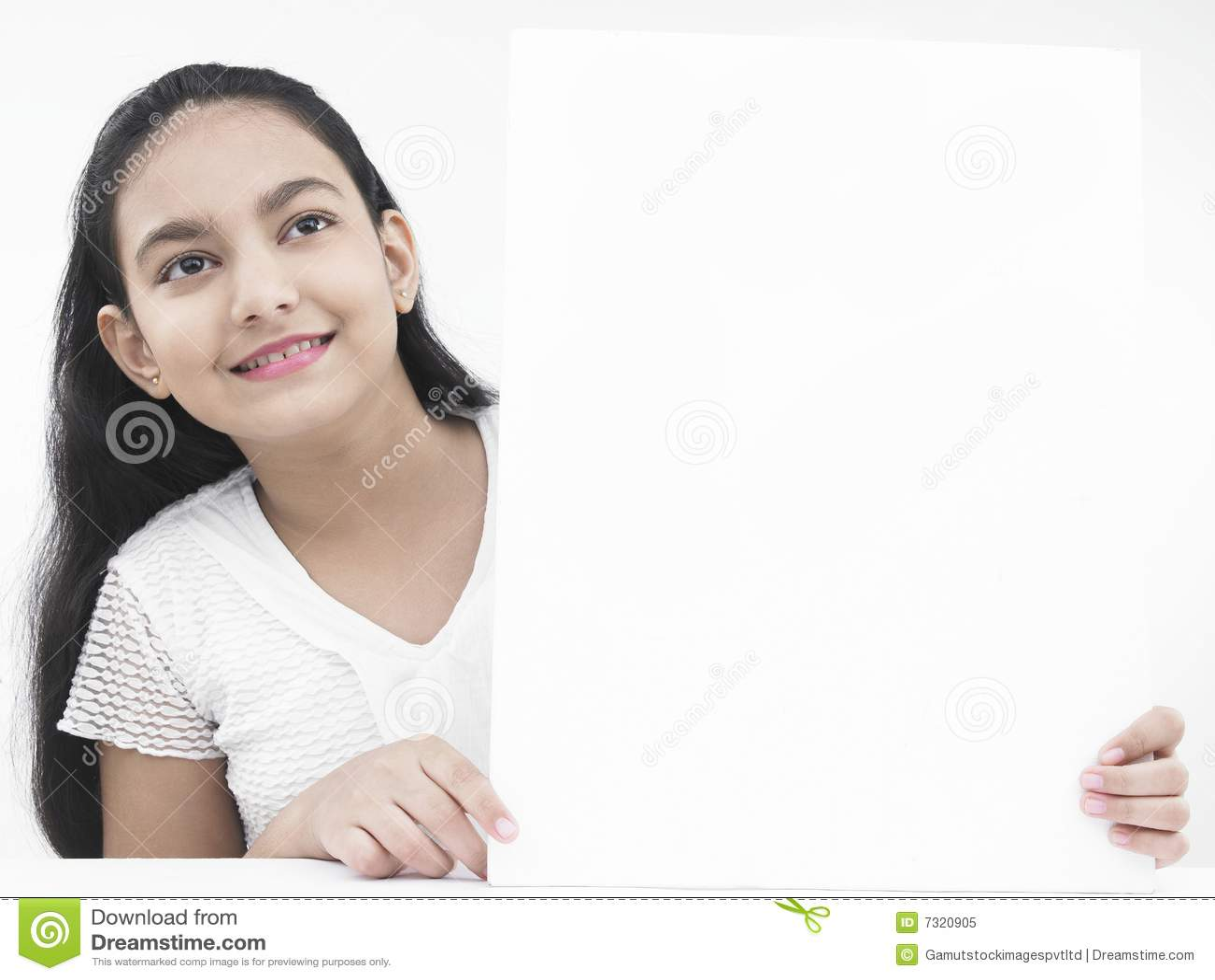 Adolescente con un cartello bianco