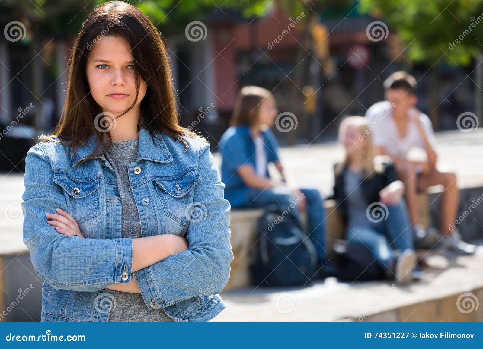 Adolescente d Outcasted dehors