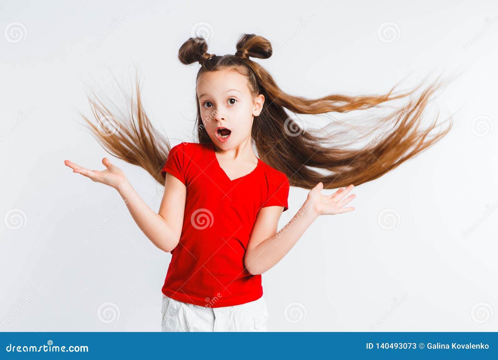 Adolescente da menina com gritos e gestos do cabelo do voo emocionalmente Apresentando seu produto Expressões faciais expressivos