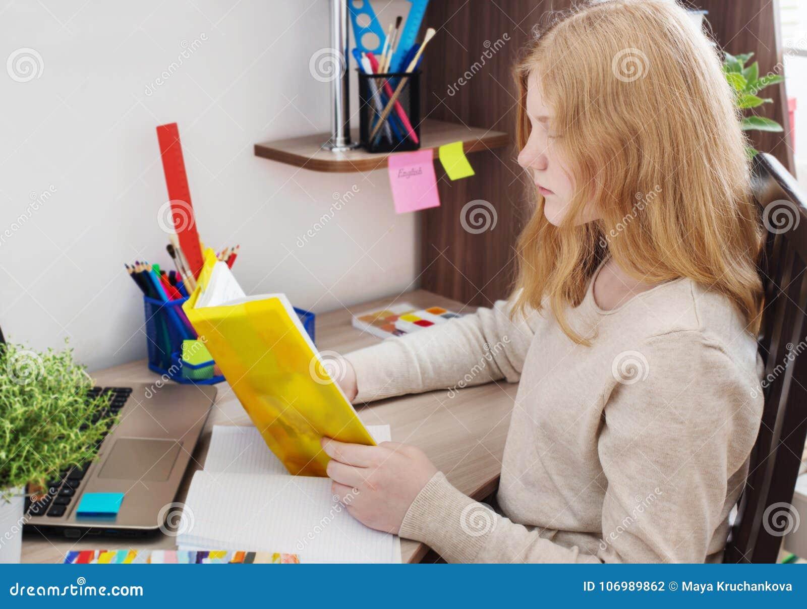 Adolescente da menina que faz trabalhos de casa
