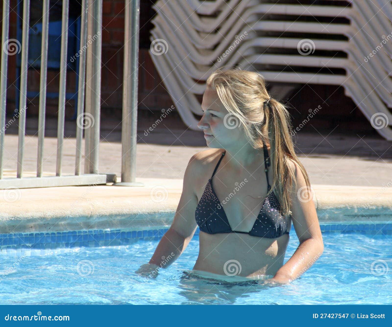 Sophie marceau compl tement nue les photos chocs for Nue a la piscine