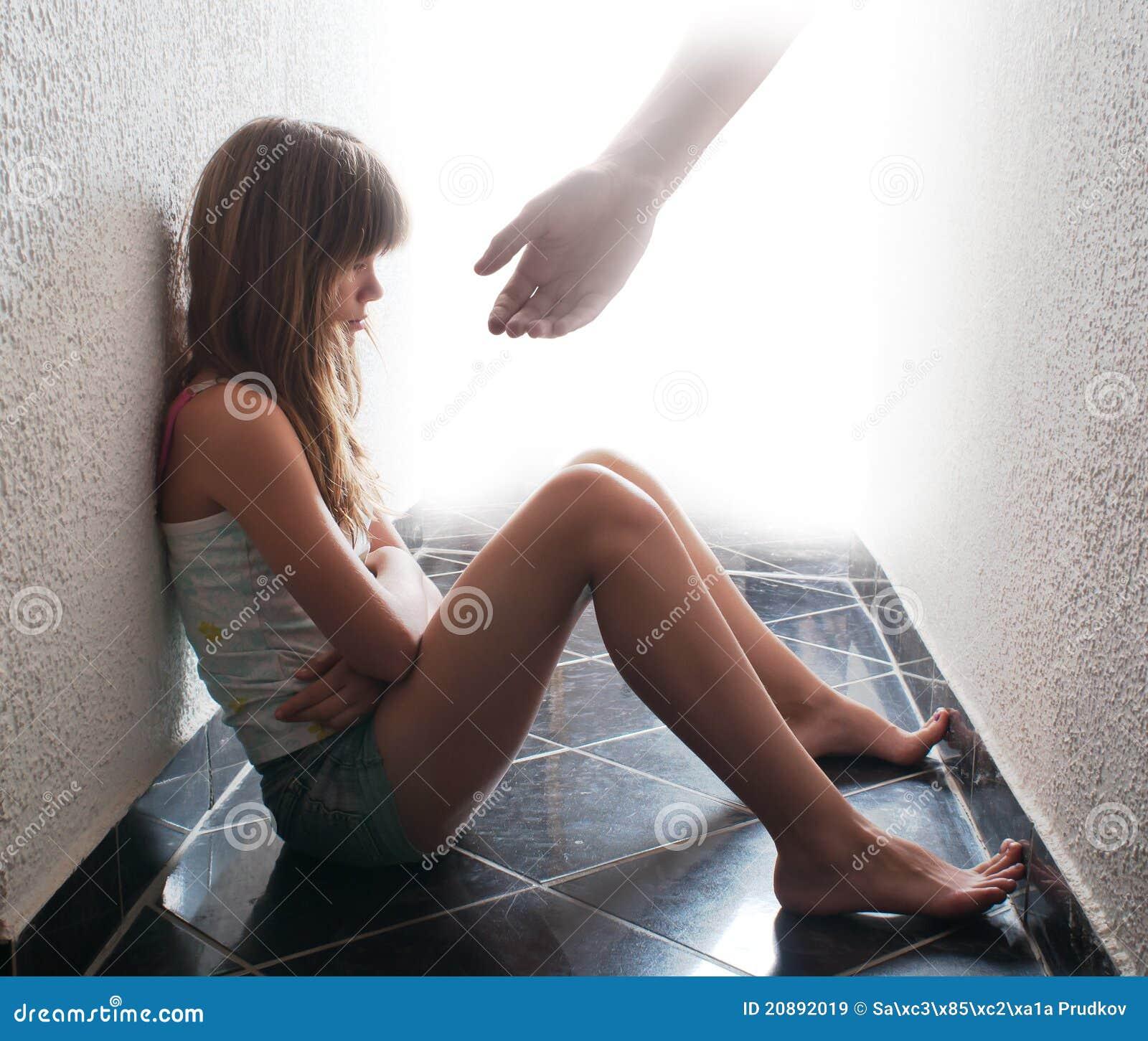 Adolescente deprimido que senta-se no assoalho