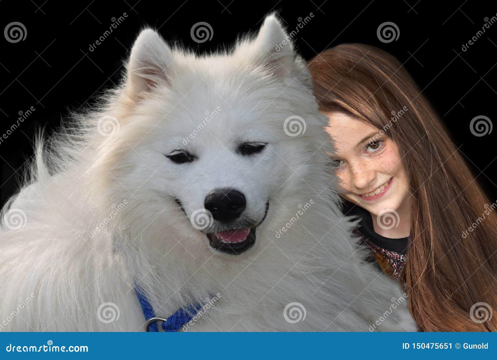 Adolescente e seu cão do samoyed