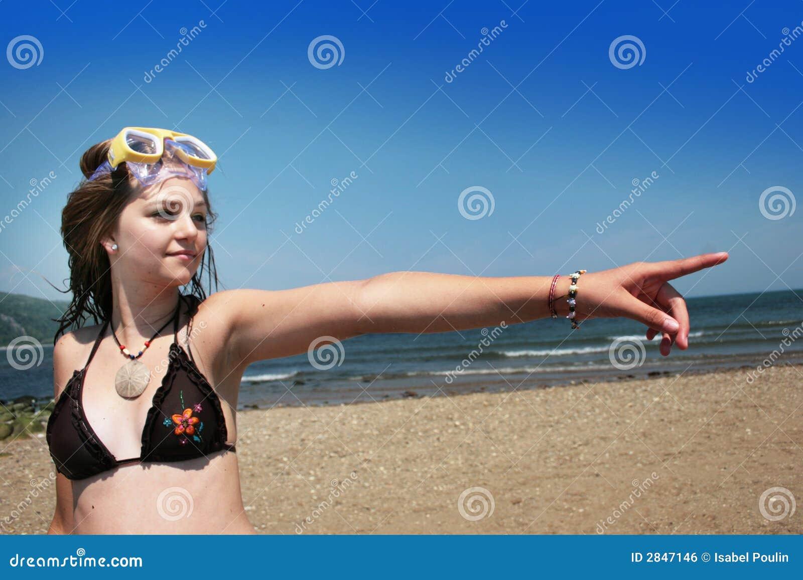 Adolescente em apontar da praia