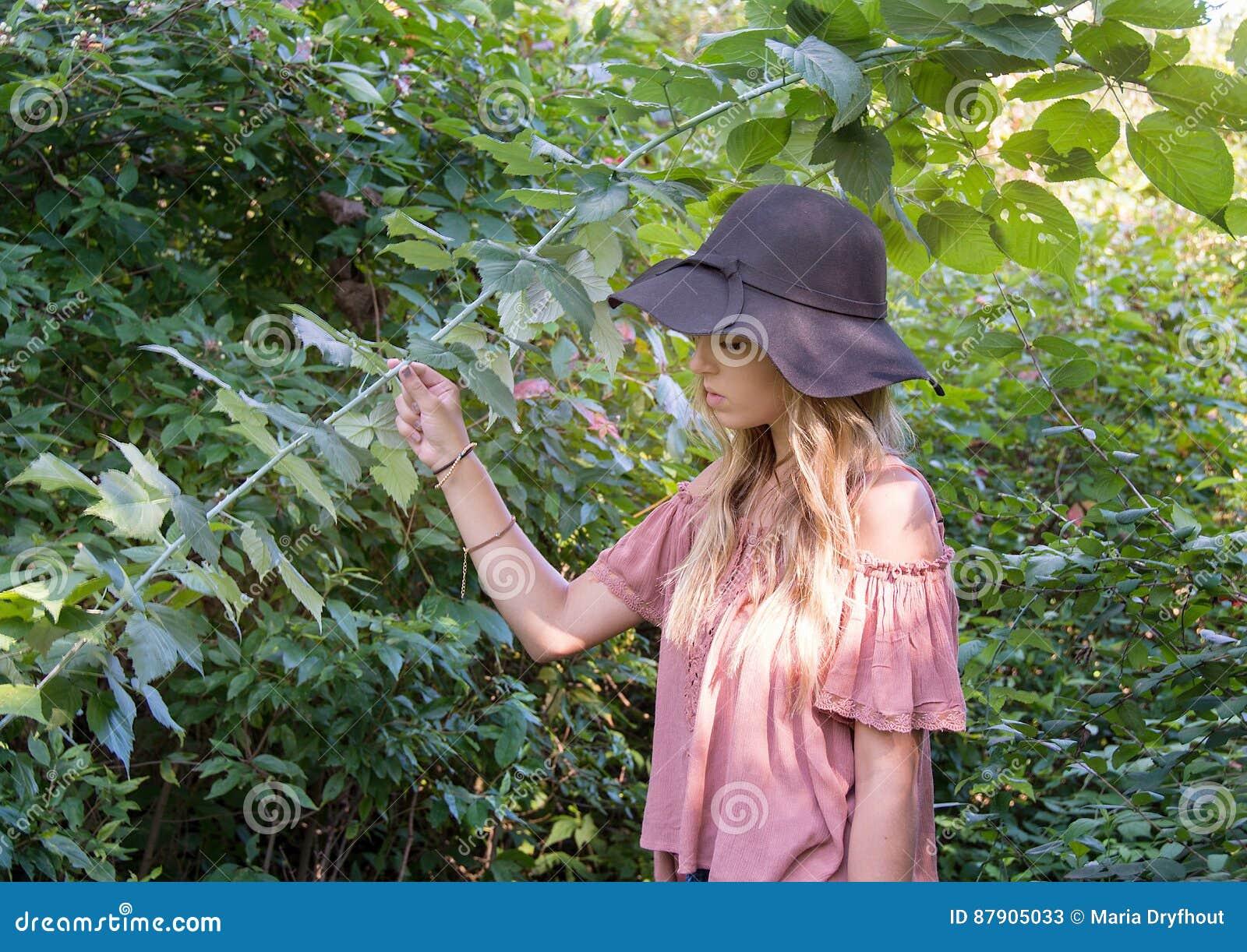 Adolescente en bosque del verano