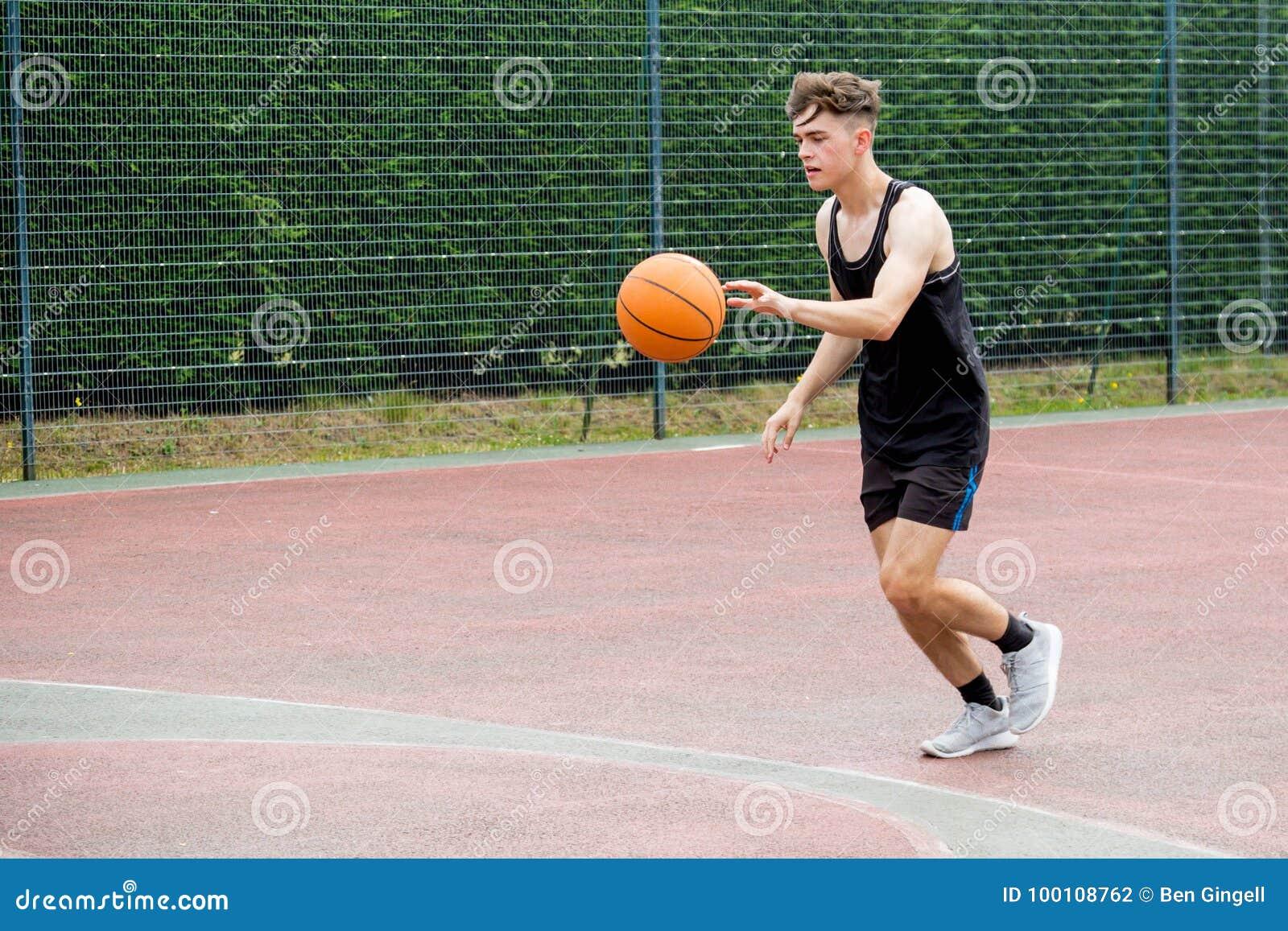 Adolescente en una cancha de básquet