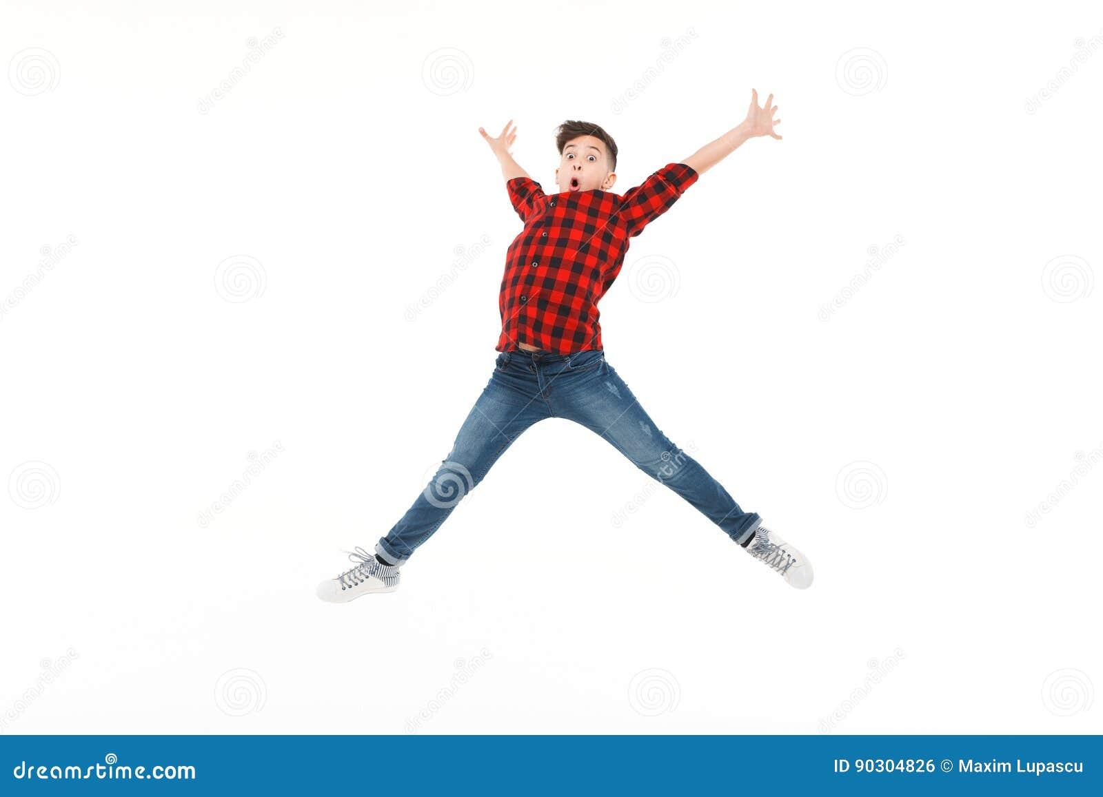 Adolescente entusiasmado no salto
