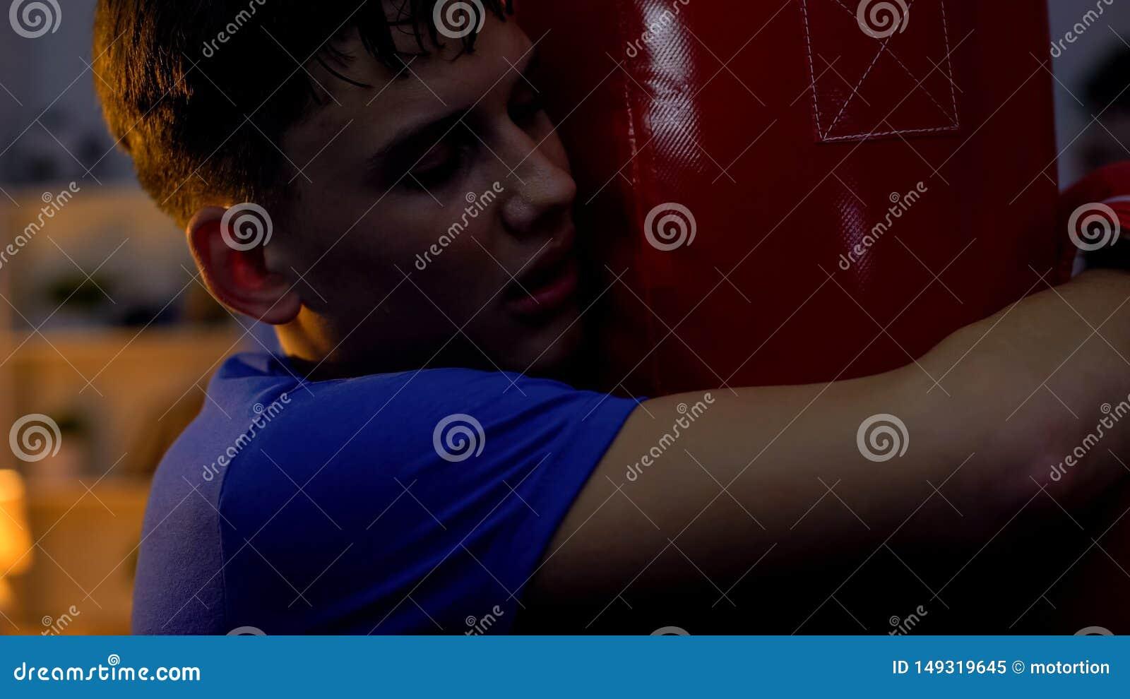 Adolescente esgotado que abra?a o saco de perfura??o ap?s o exerc?cio intensivo, aptid?o, esporte