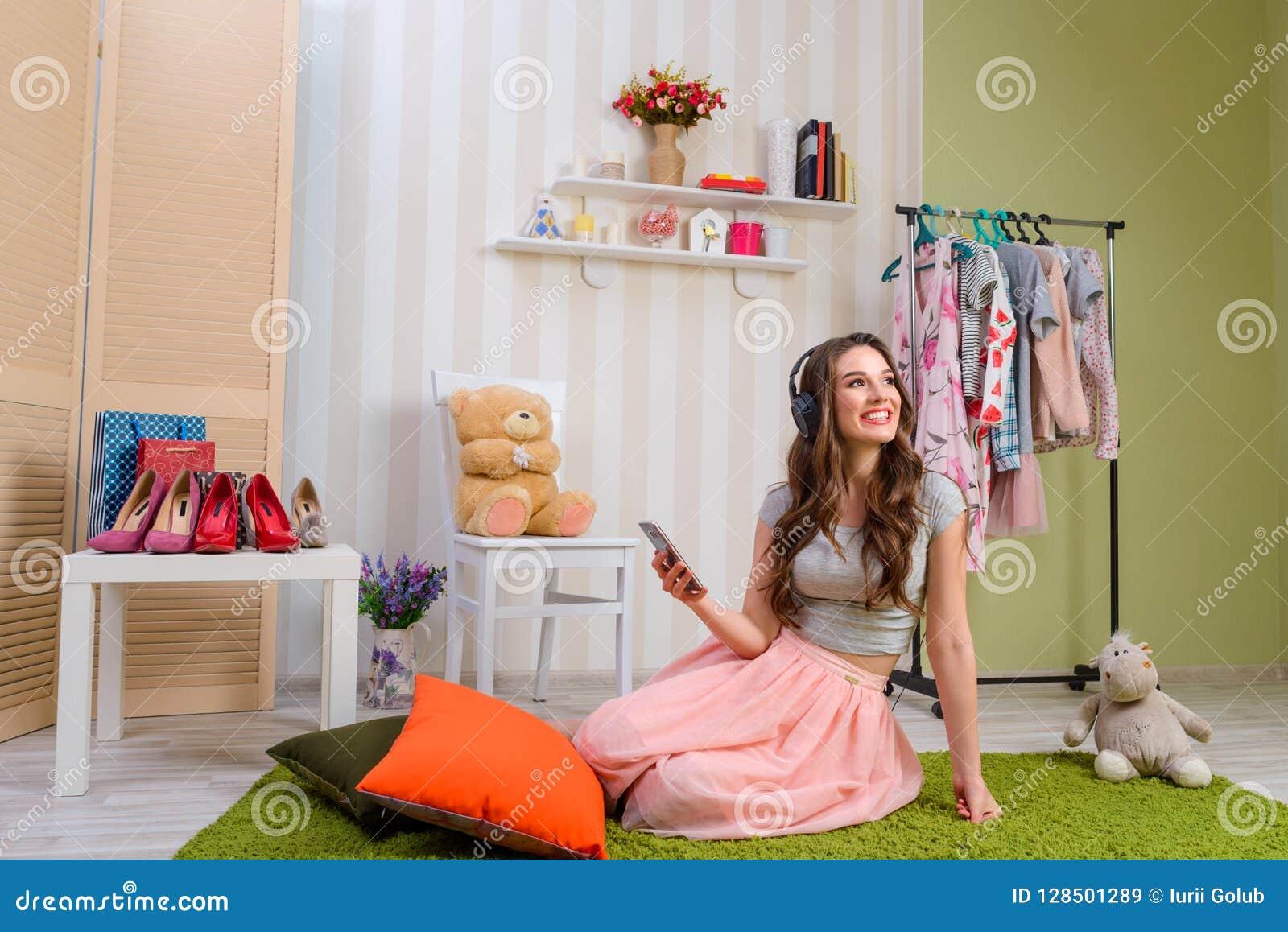 Adolescente fêmea que escuta a música