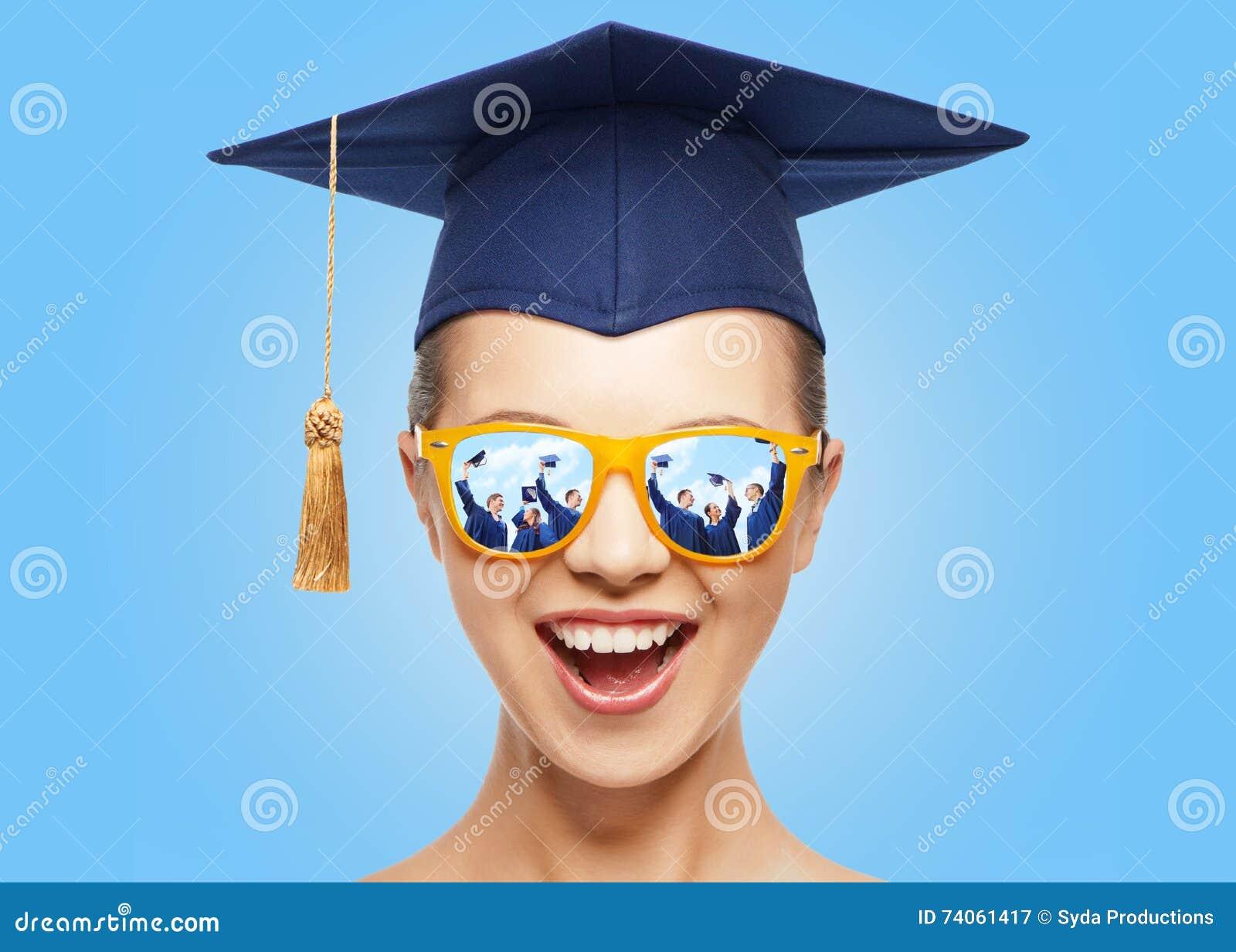 Adolescente felice in tonalità e cappello del tocco