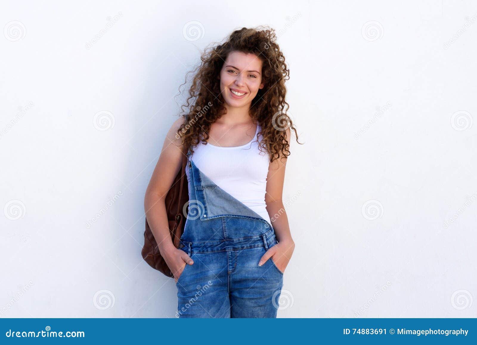 Adolescente feliz nos macacões com saco