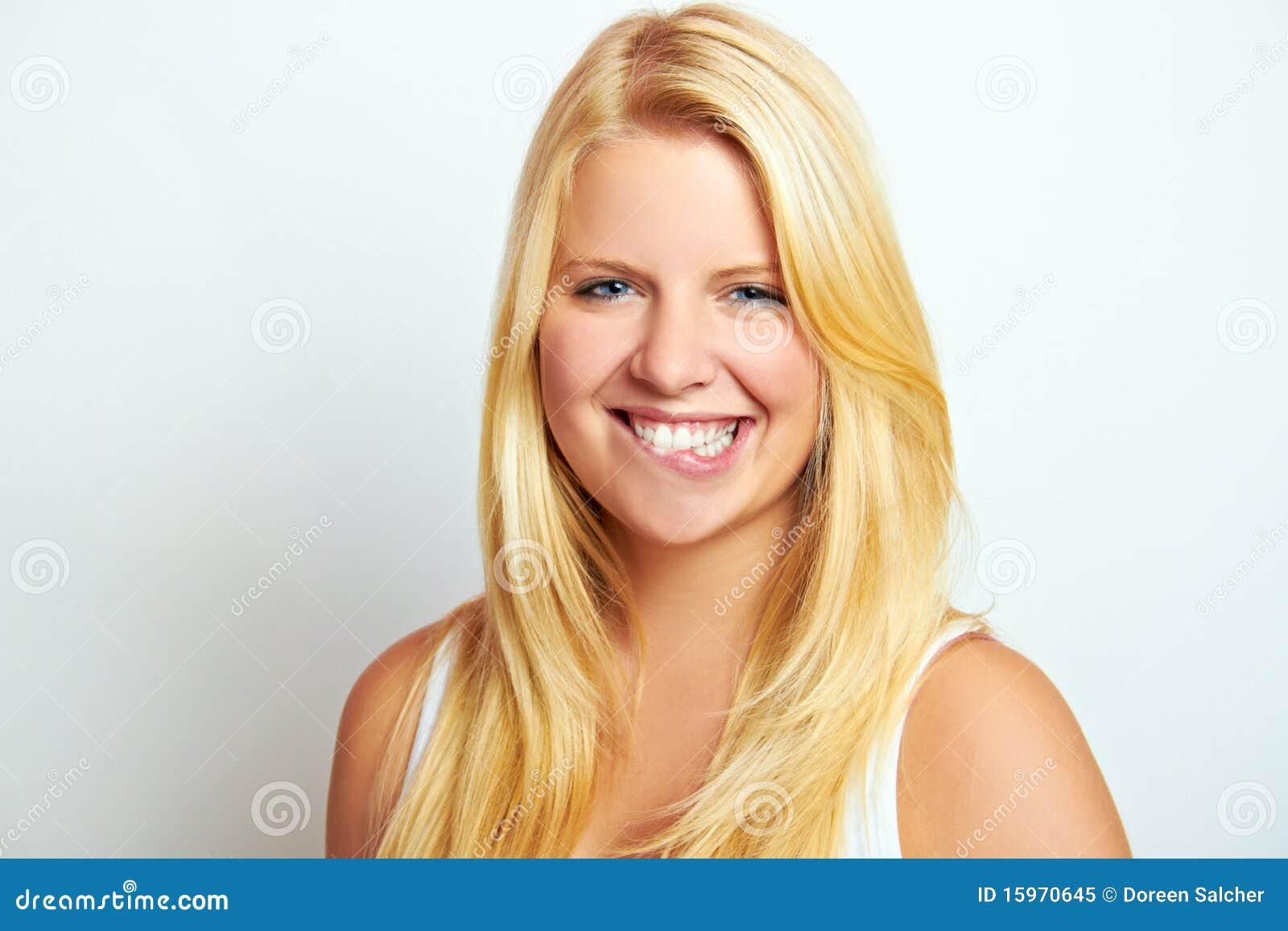 Adolescente femenino sonriente