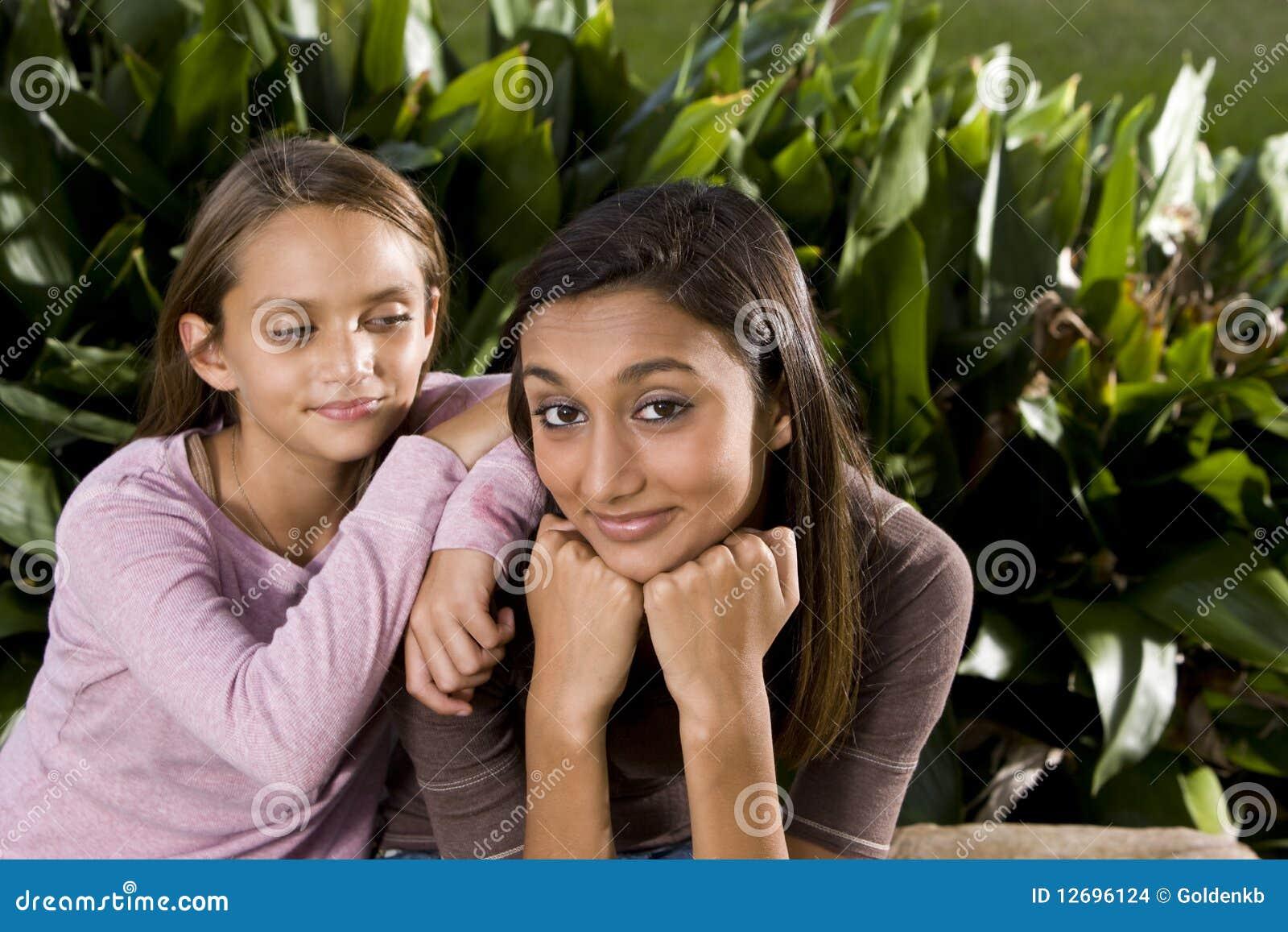 Adolescente indiano da misturado-raça bonita com mais novo