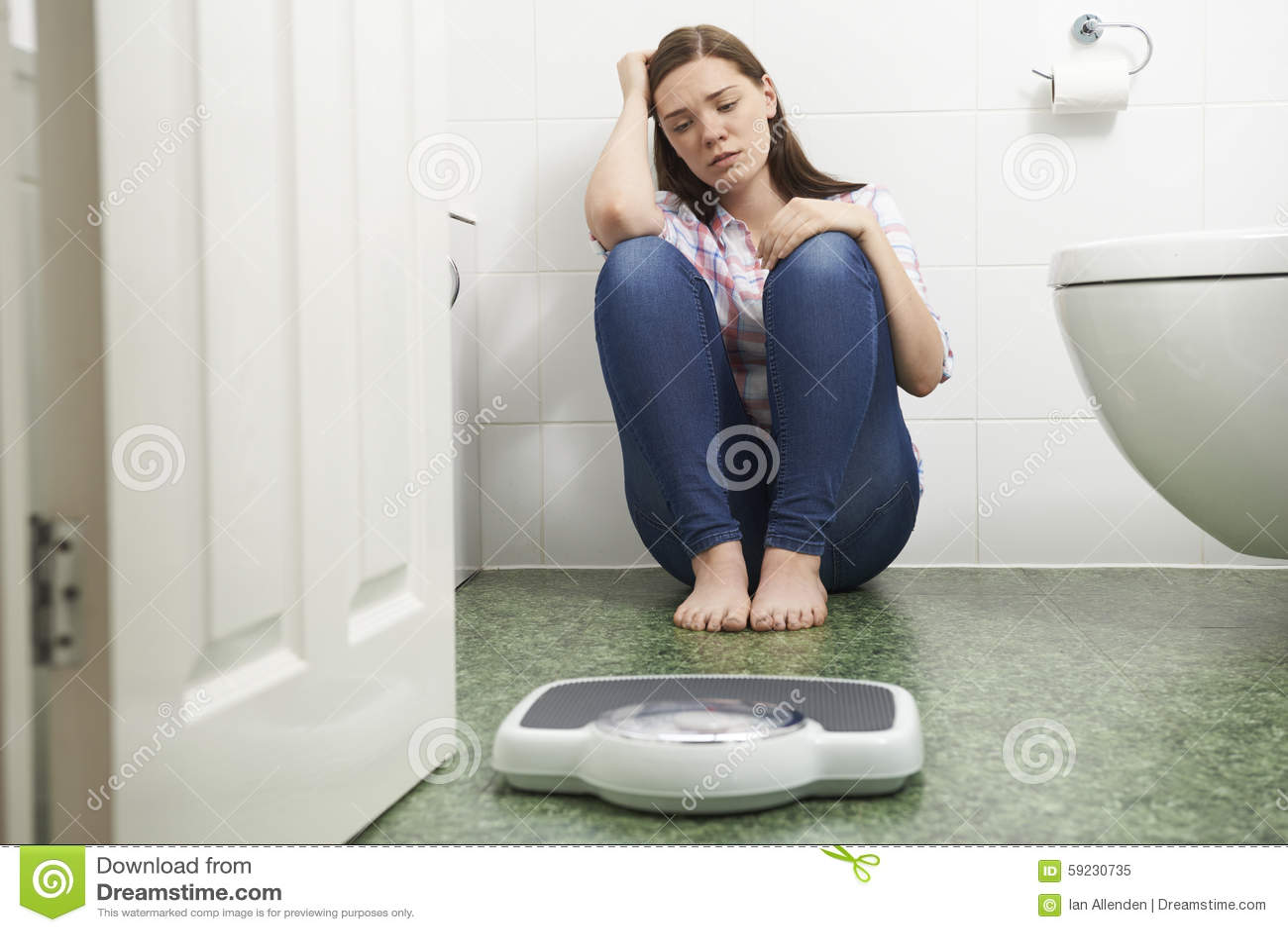 Download Adolescente Infeliz Que Se Sienta En El Piso Que Mira Básculas De Baño Imagen de archivo - Imagen de concerned, sentada: 59230735
