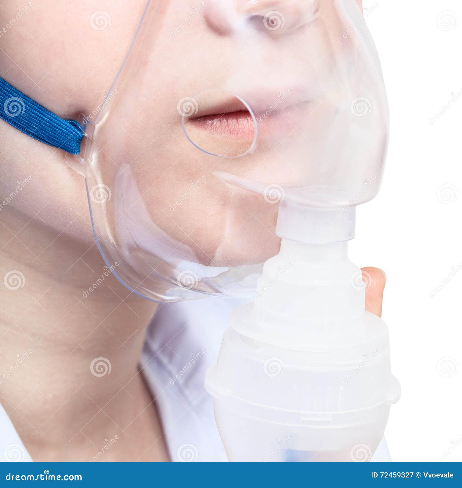 Adolescente inhala con la mascarilla del cierre del nebulizador para arriba