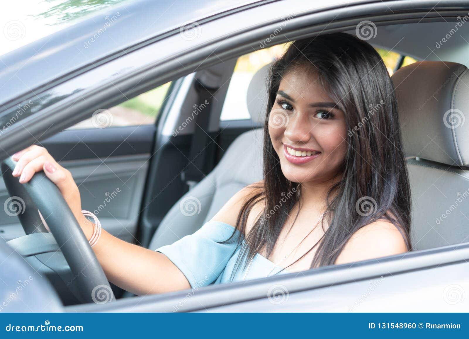 Adolescente latino-americano novo que aprende conduzir