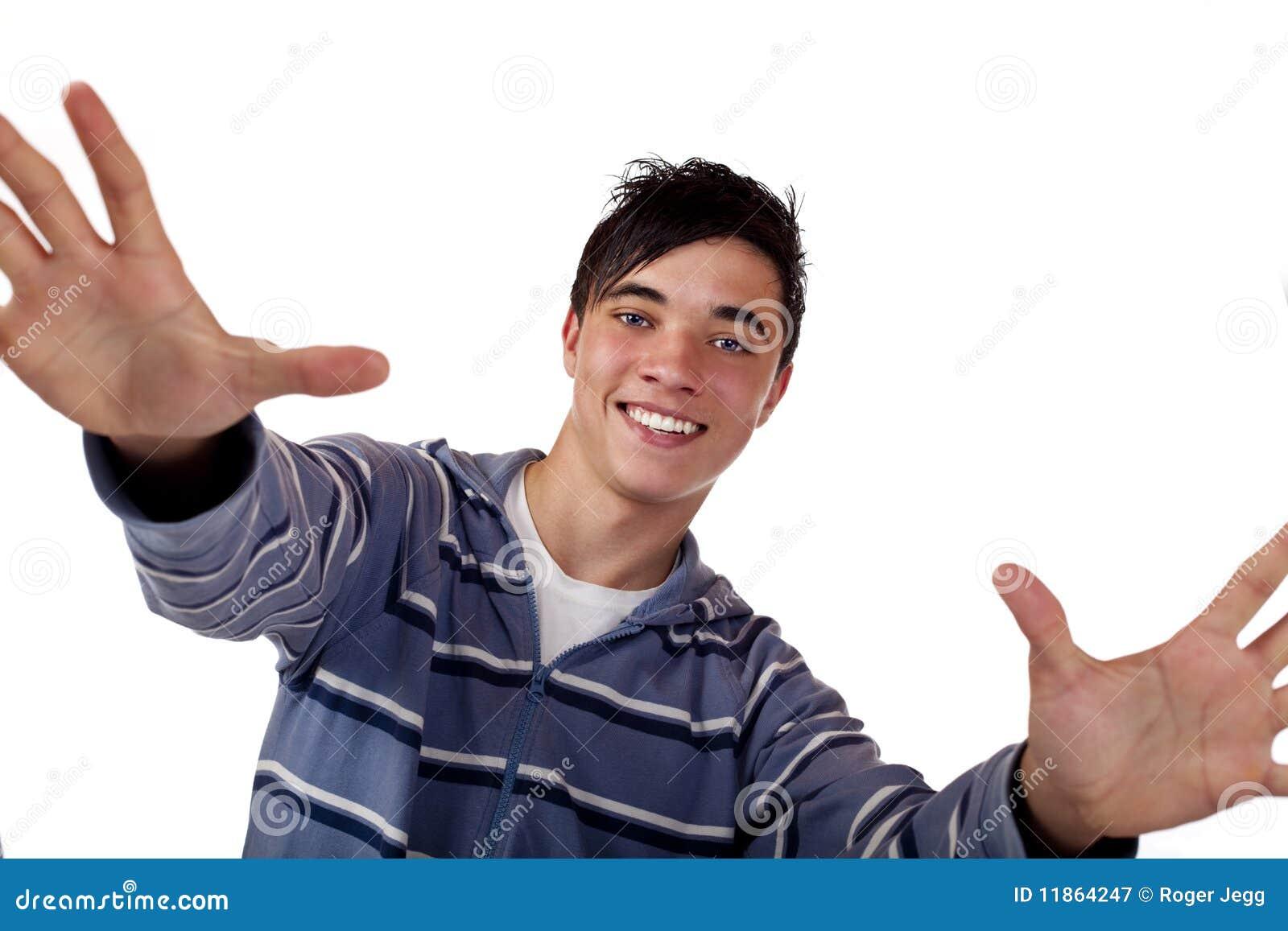 Adolescente masculino considerável novo com braços abertos