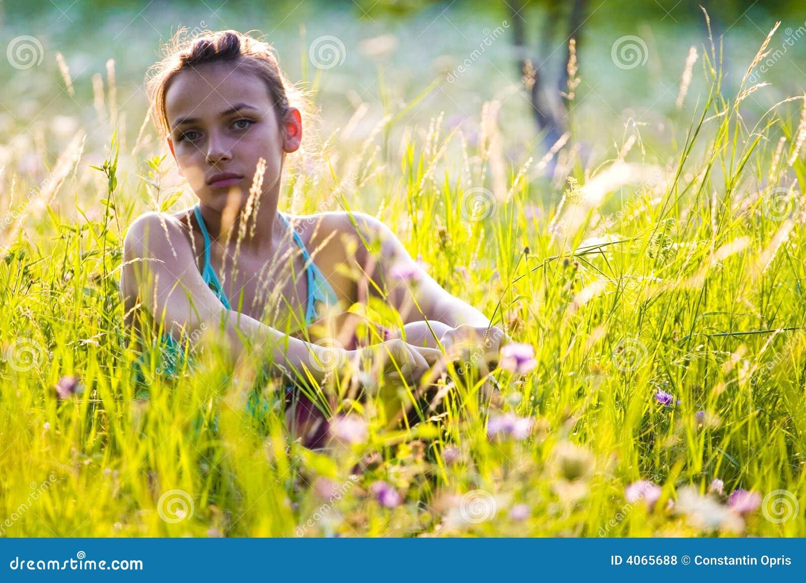 Adolescente na grama alta