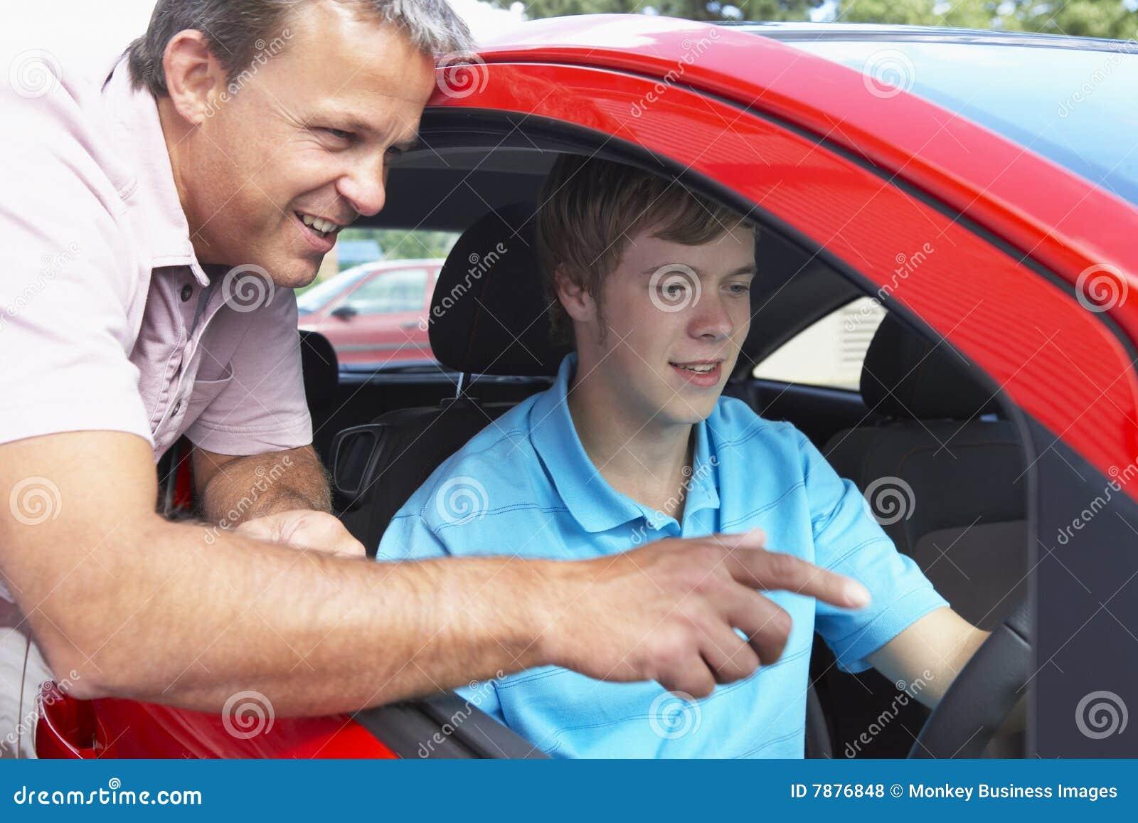 Adolescente que aprende cómo conducir