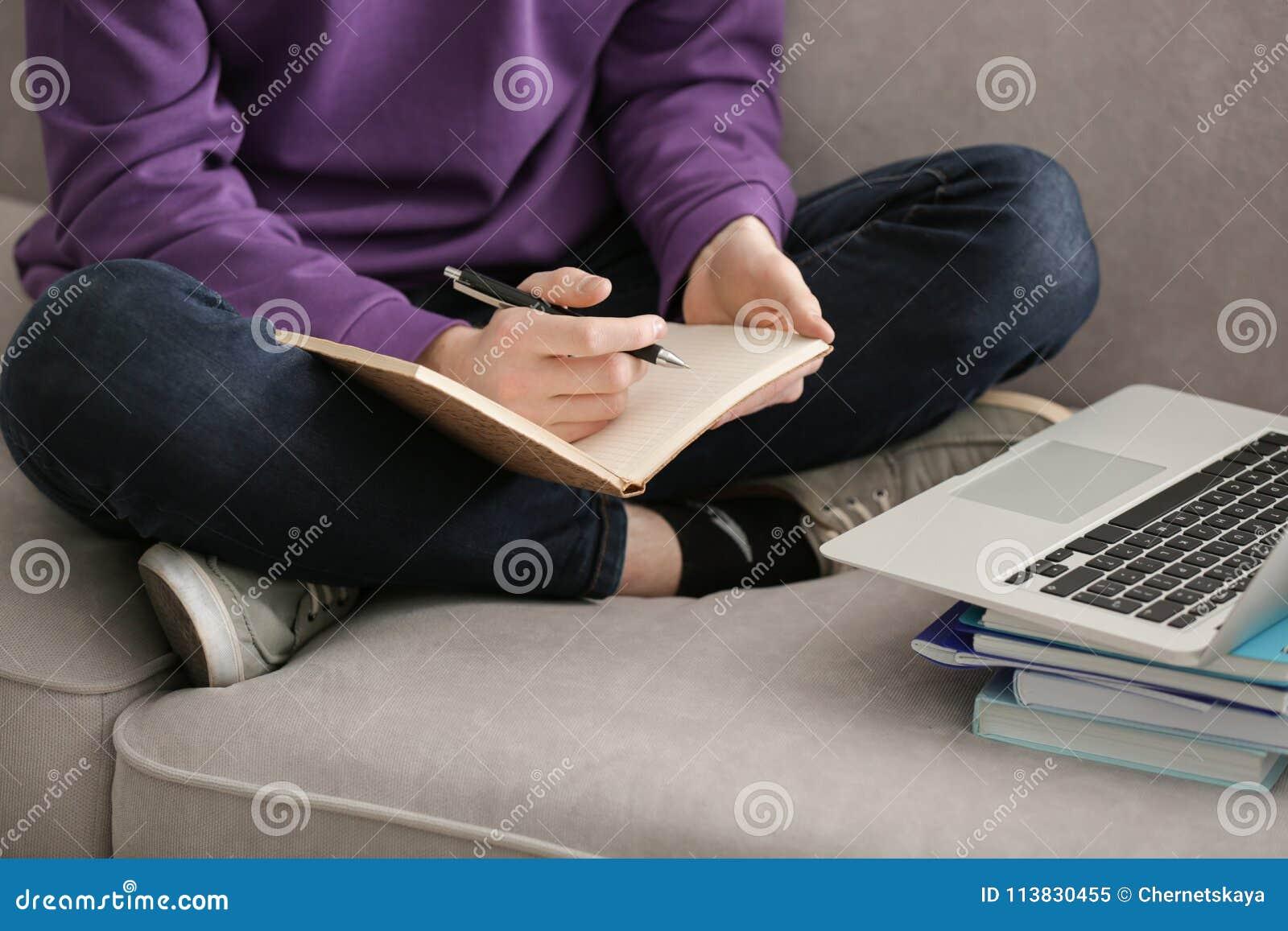 Adolescente que faz lições em casa