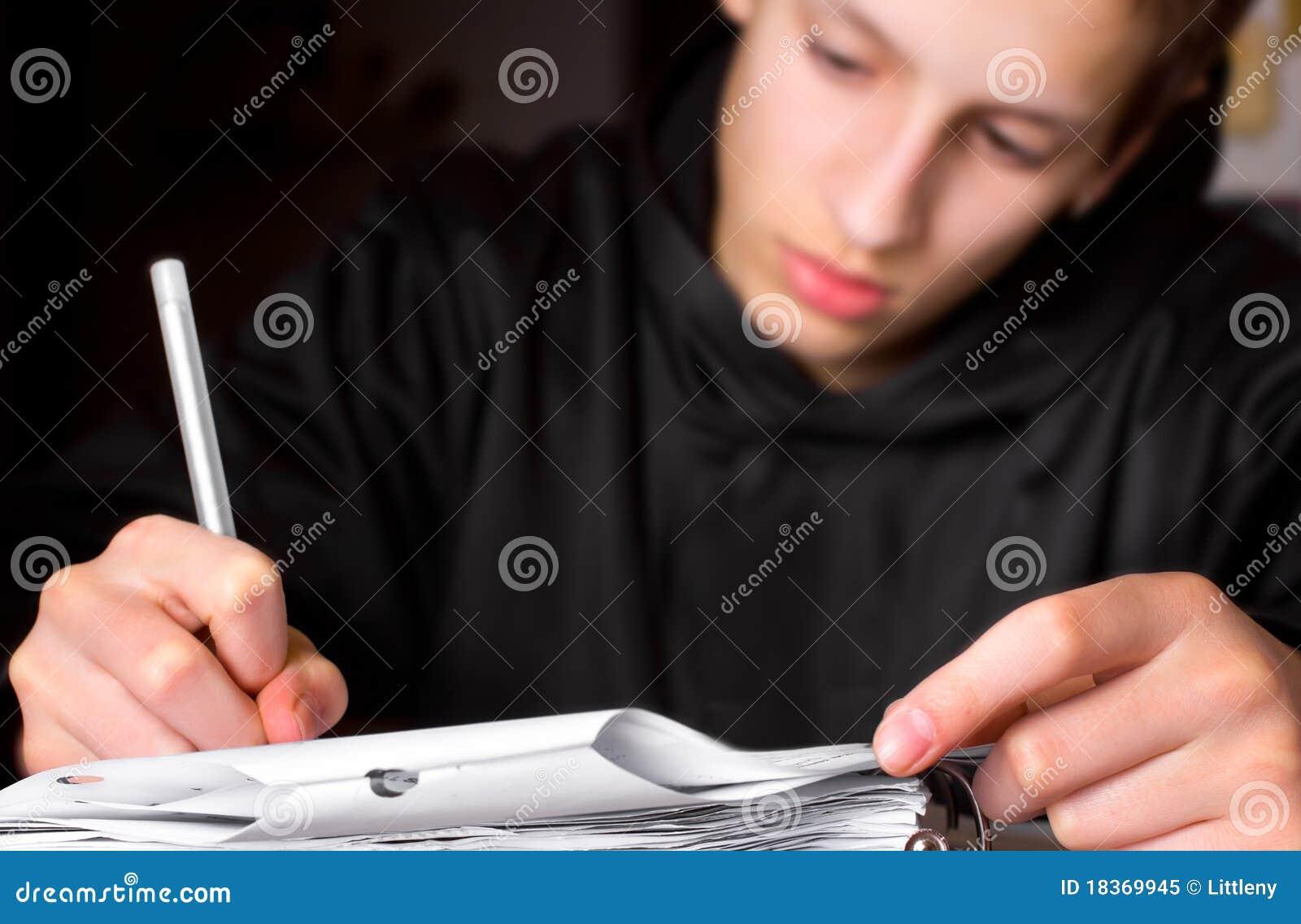 Adolescente que faz Schoolwork