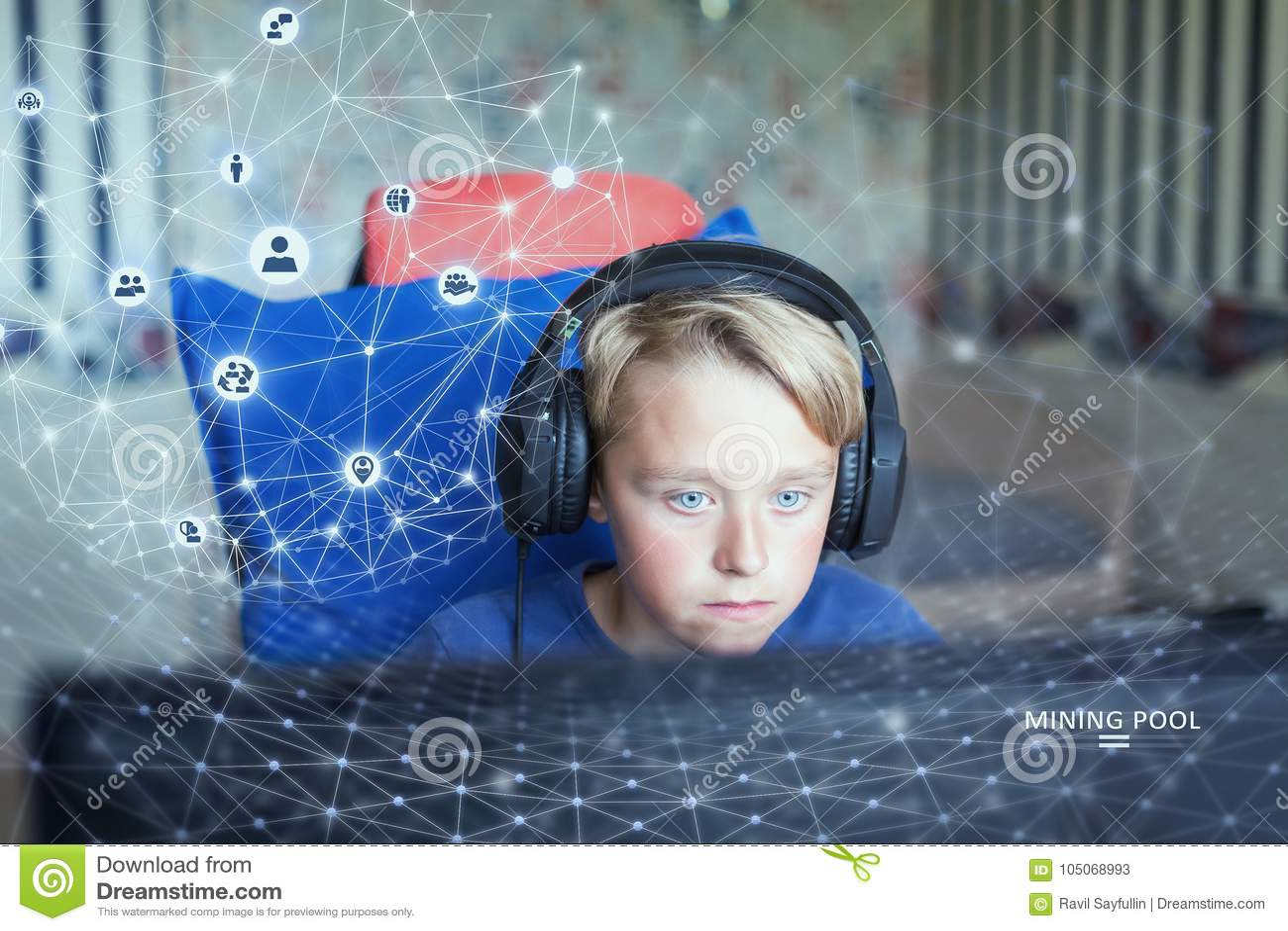 Adolescente que juega a los juegos de ordenador en la PC