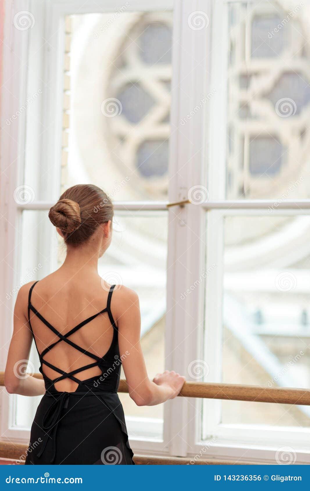 Adolescente que pratica o balé clássico