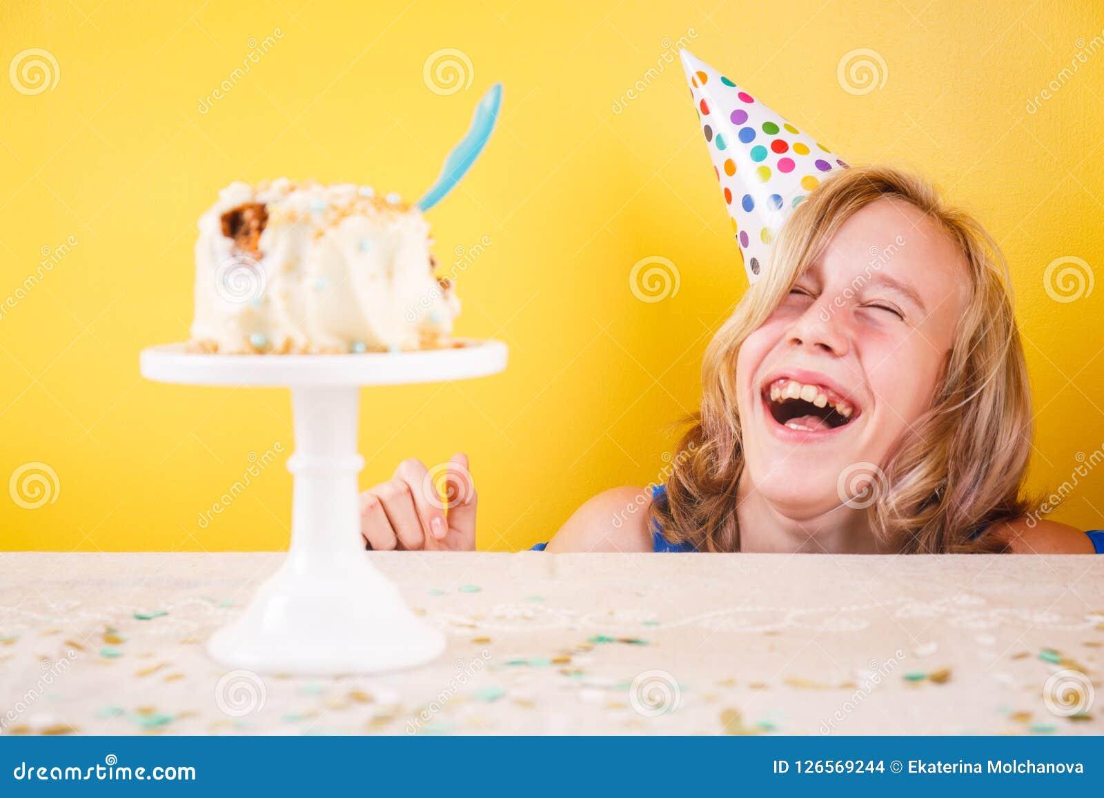 Adolescente que se goza después de arruinar la torta de cumpleaños Un p