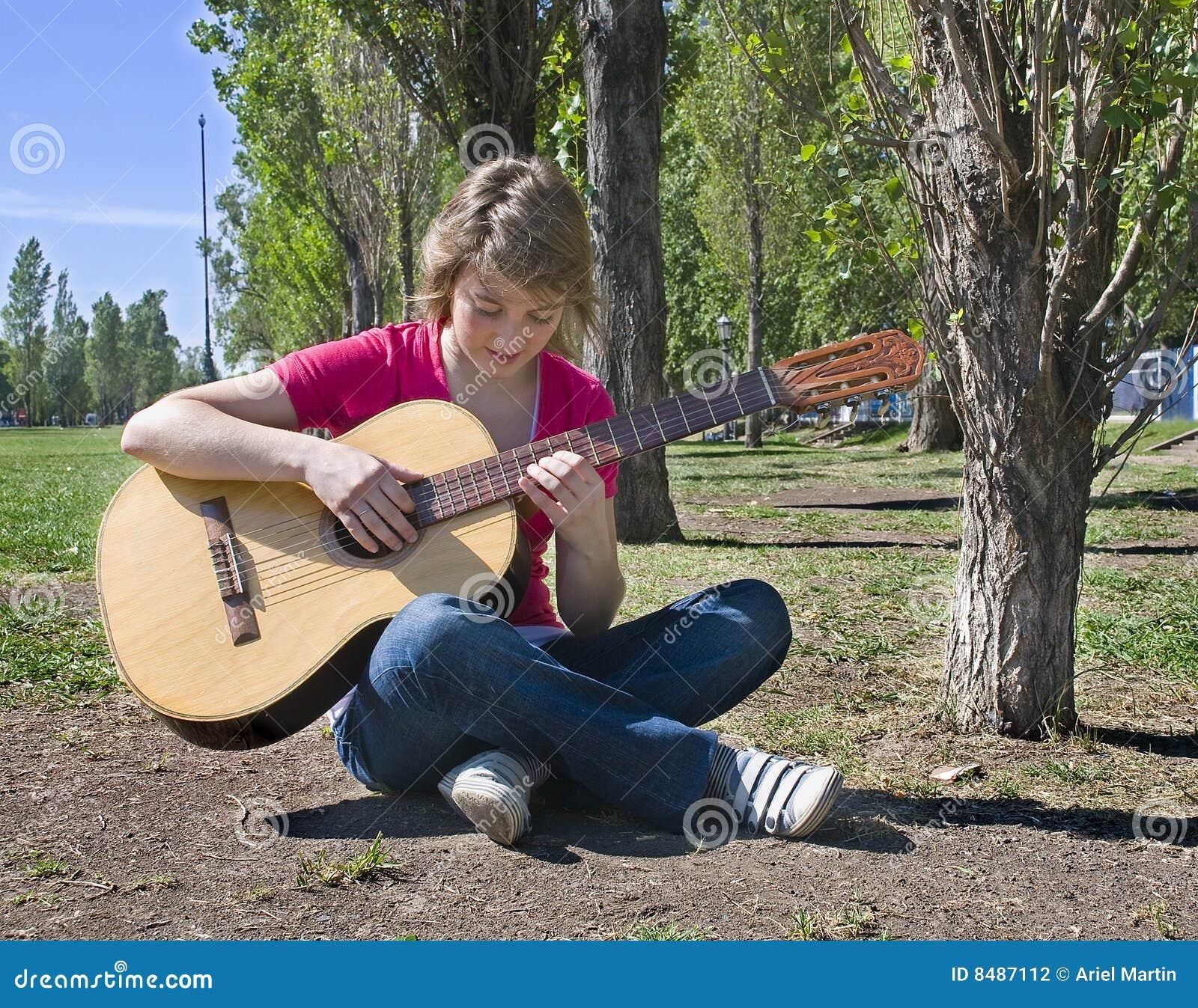 Adolescente que toca la guitarra