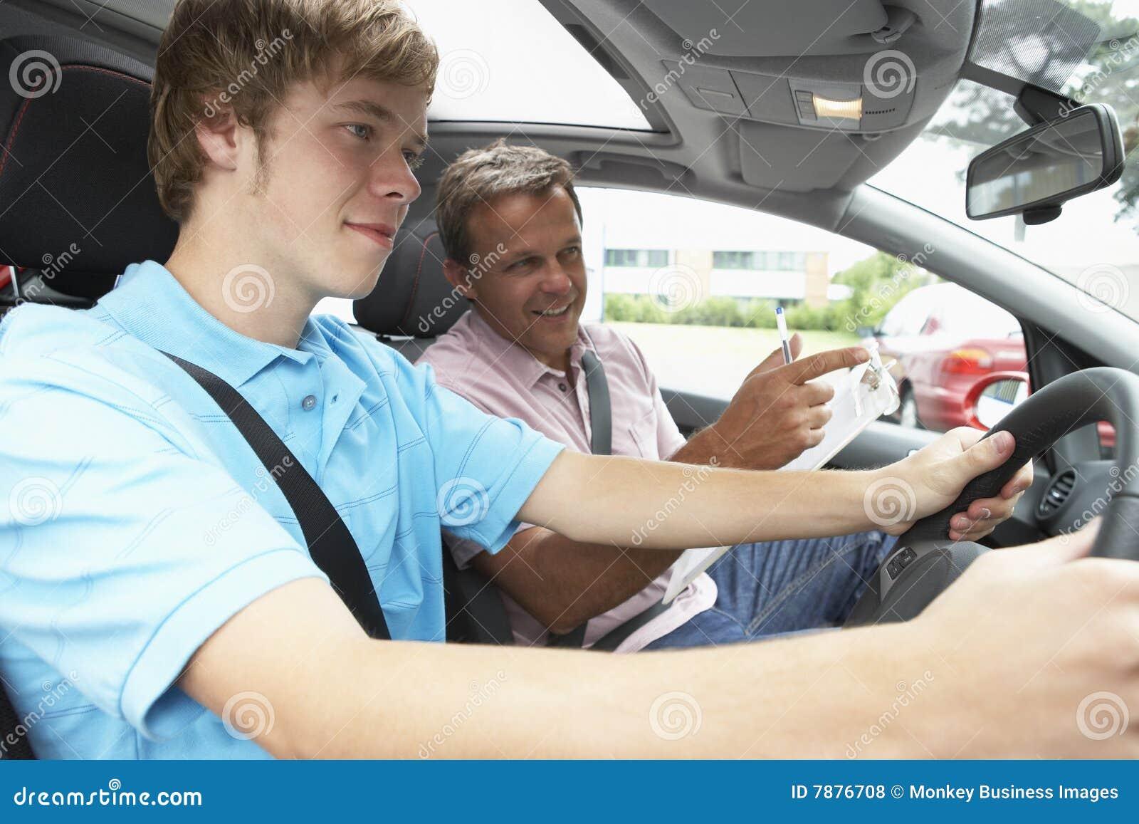 Adolescente que toma a lição de condução de A