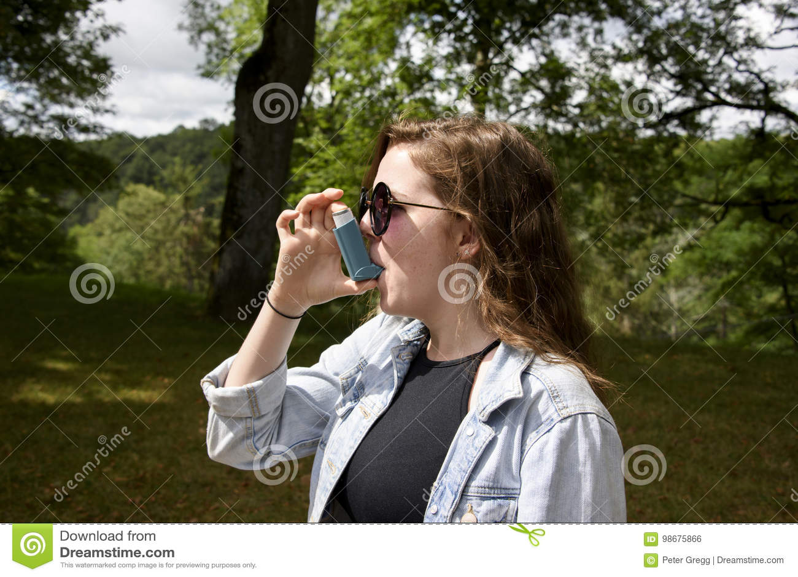 Adolescente que usa paisaje del inhalador