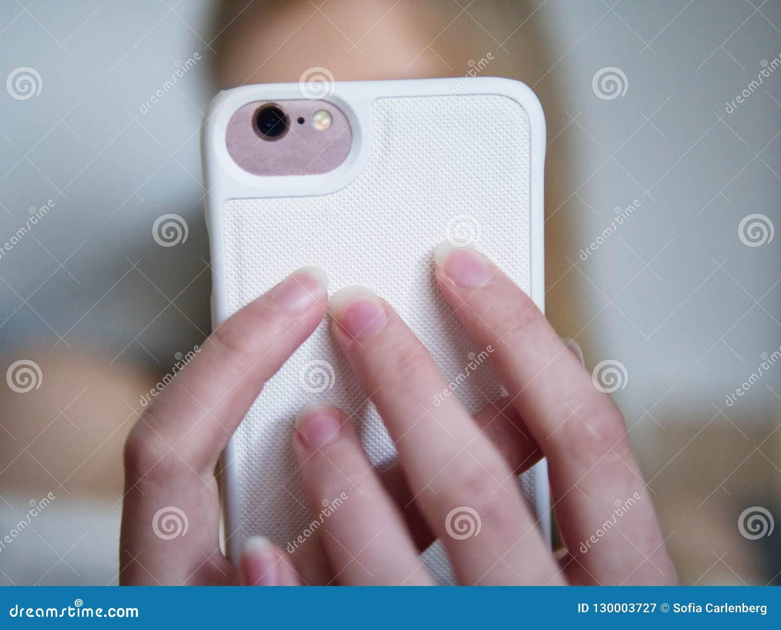 Adolescente que usa seu smartphone