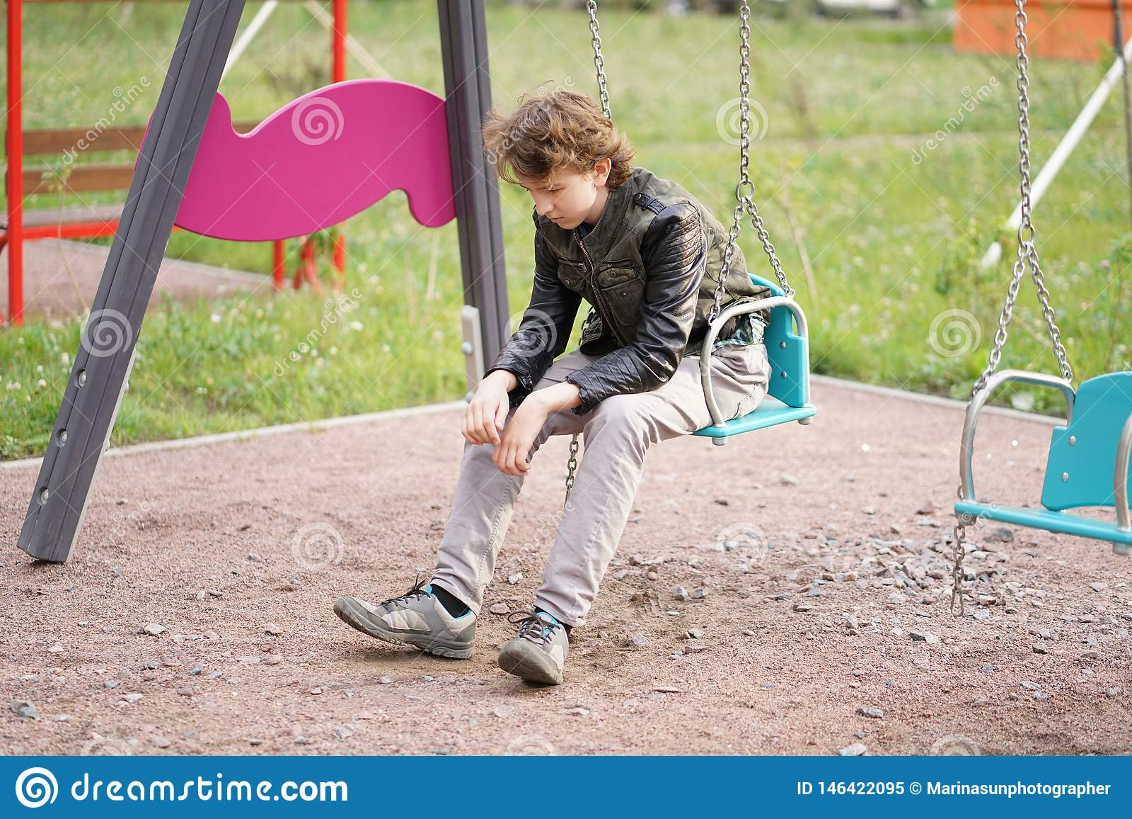Adolescente s? triste exterior no campo de jogos as dificuldades da adolesc?ncia no conceito de uma comunica??o