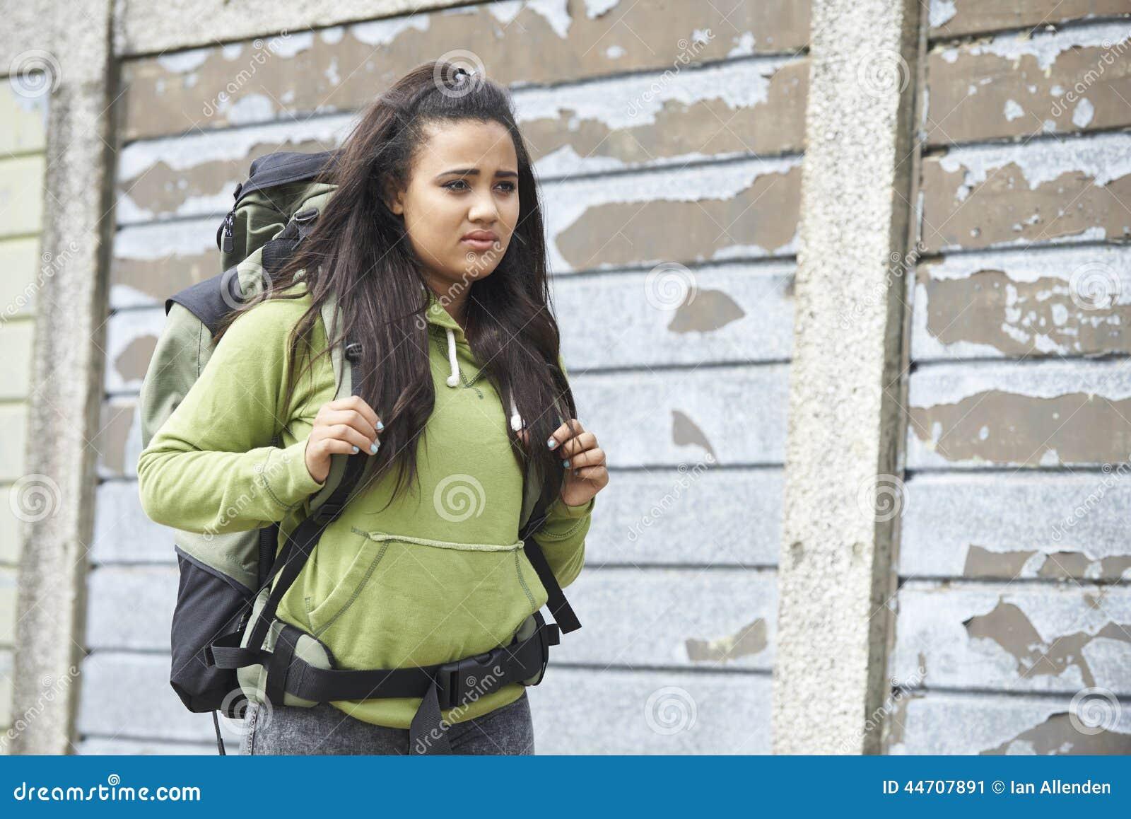 Adolescente sans abri sur la rue avec le sac à dos