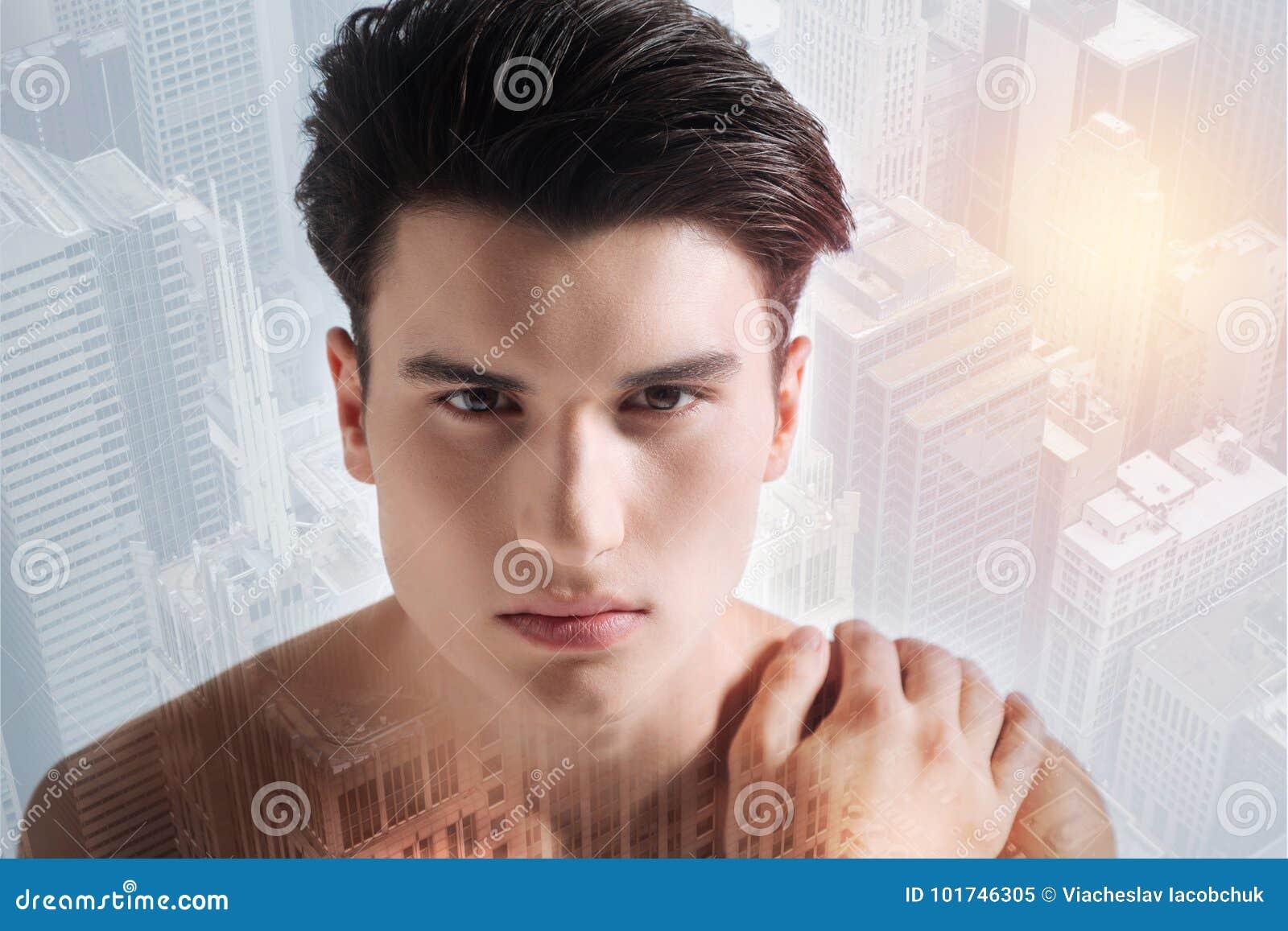 Adolescente serio que le mira con confianza
