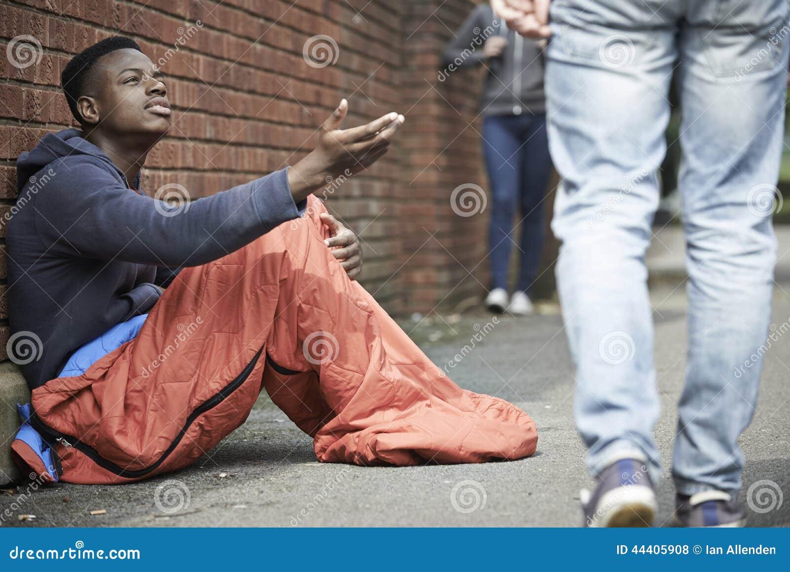 Adolescente sin hogar que pide dinero en la calle