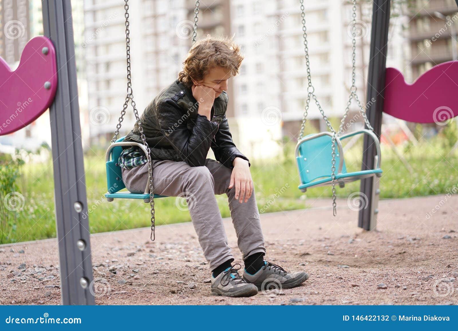 Adolescente solo triste al aire libre en el patio las dificultades de la adolescencia en concepto de la comunicaci?n