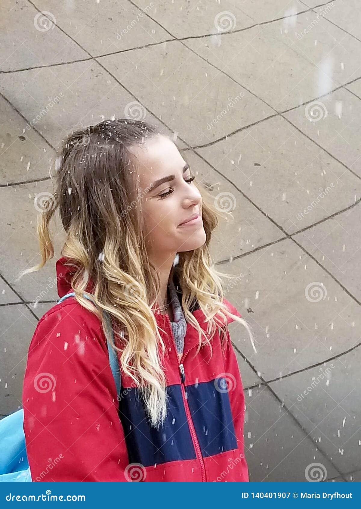 Adolescente sonriente en copos de nieve
