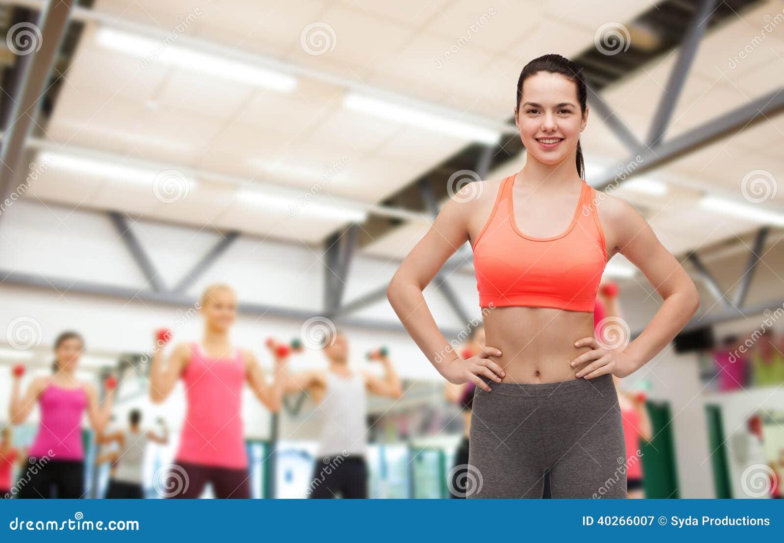 Adolescente sonriente en ropa de deportes