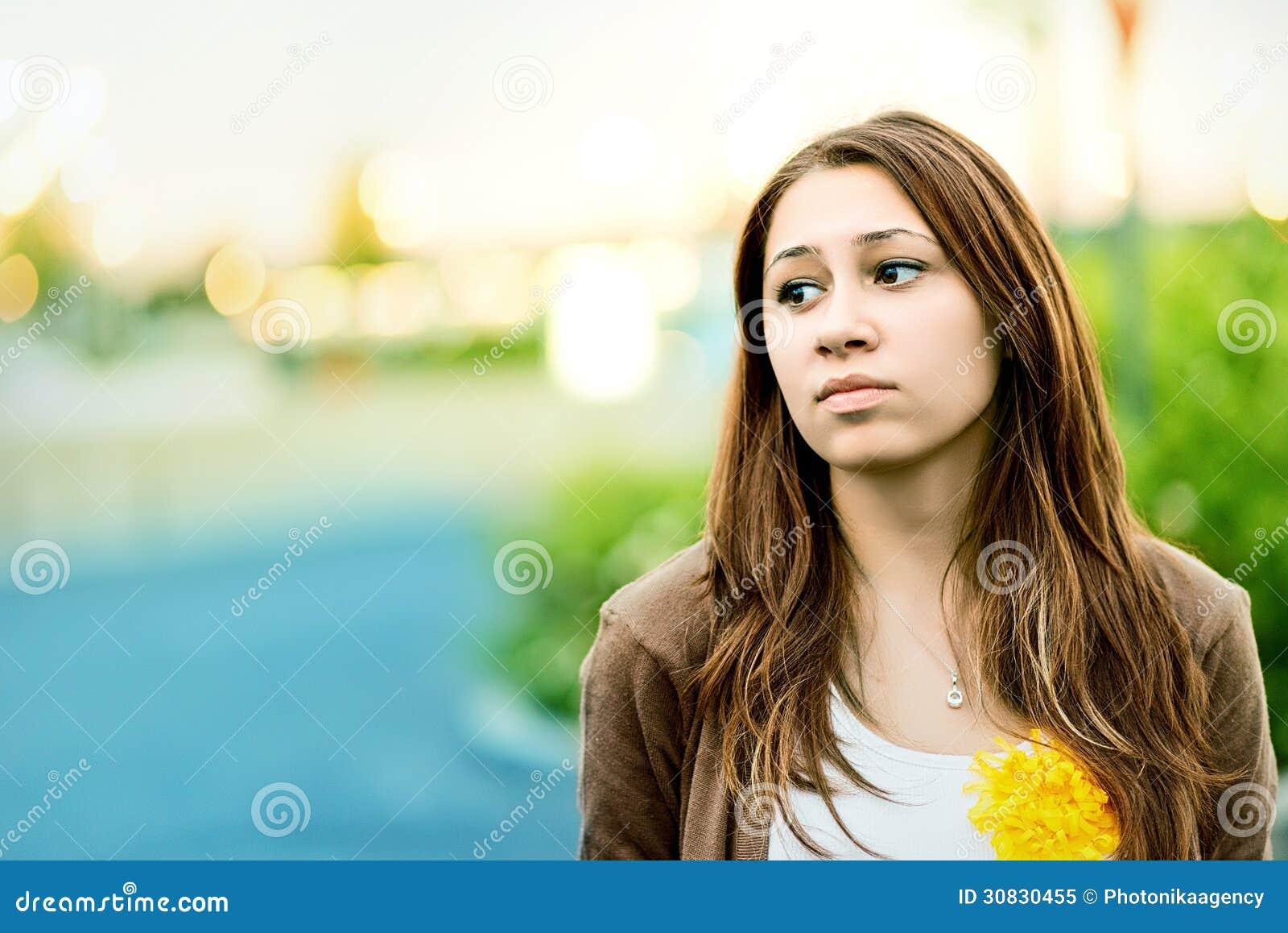 Adolescente triste all aperto in un parco
