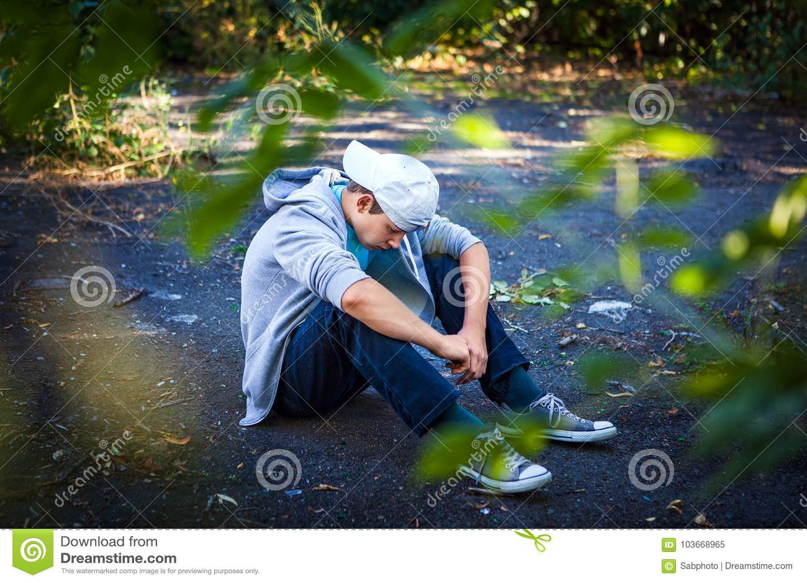 Adolescente triste exterior
