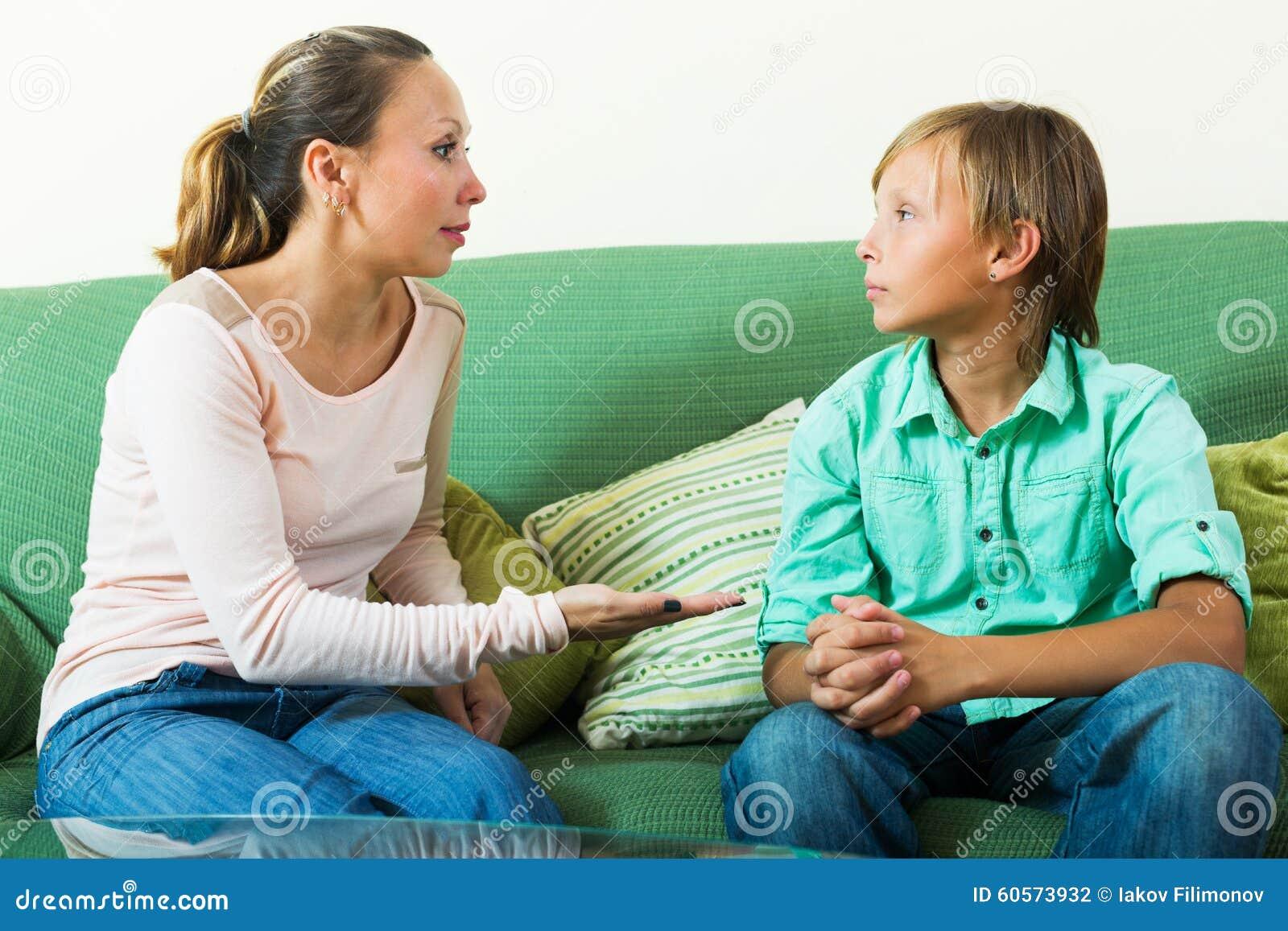 Adolescente y madre que tienen hablar serio