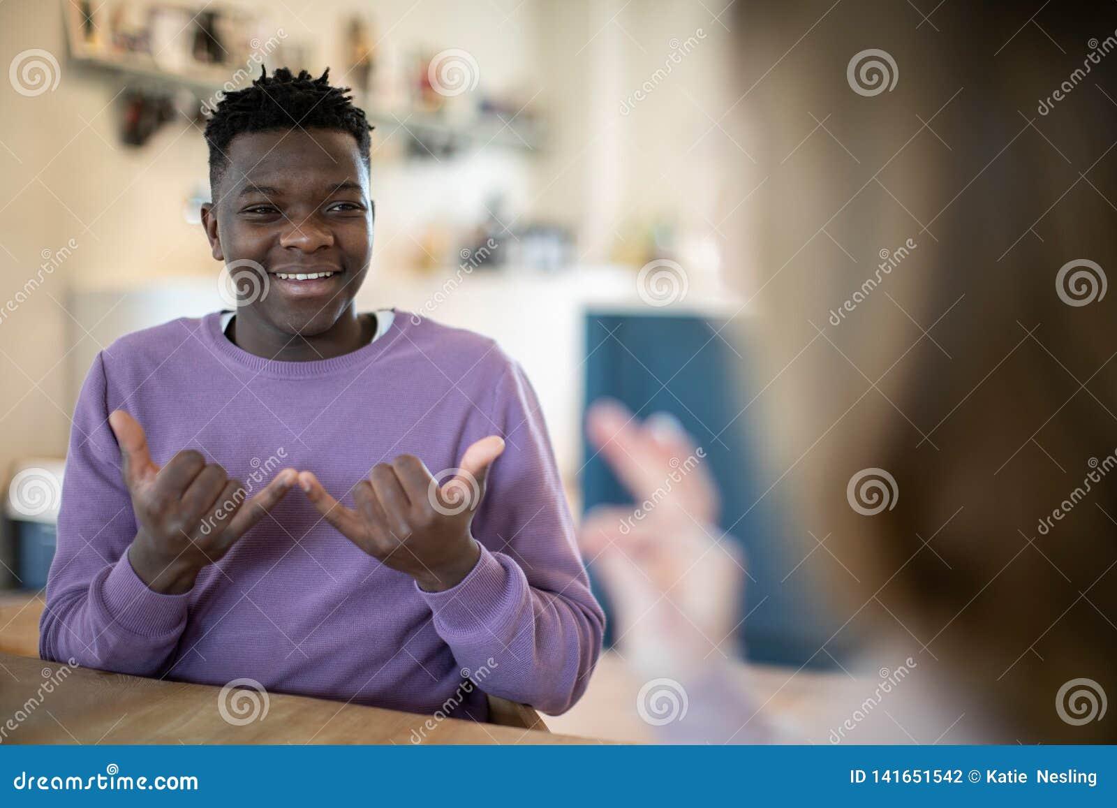 Adolescente y muchacha que tienen conversación usando lenguaje de signos