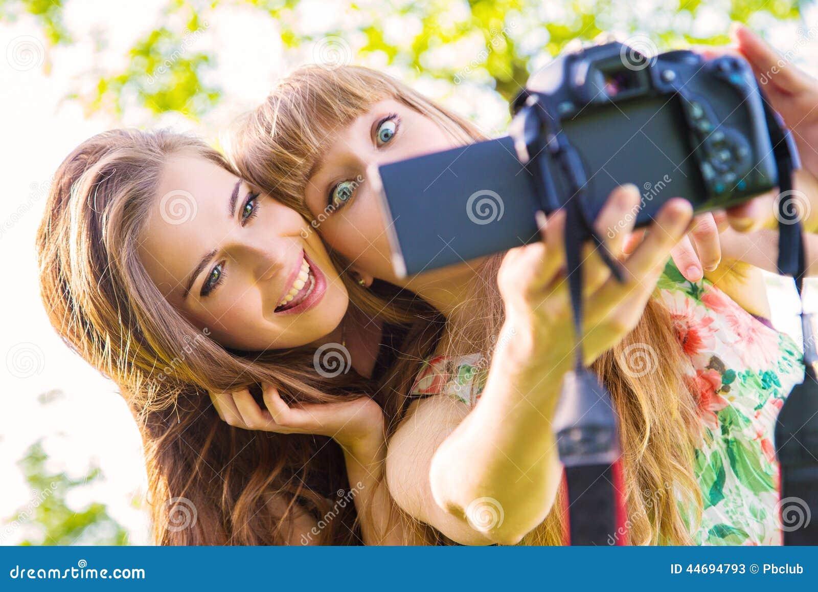 Adolescente y mujer que toman el selfie