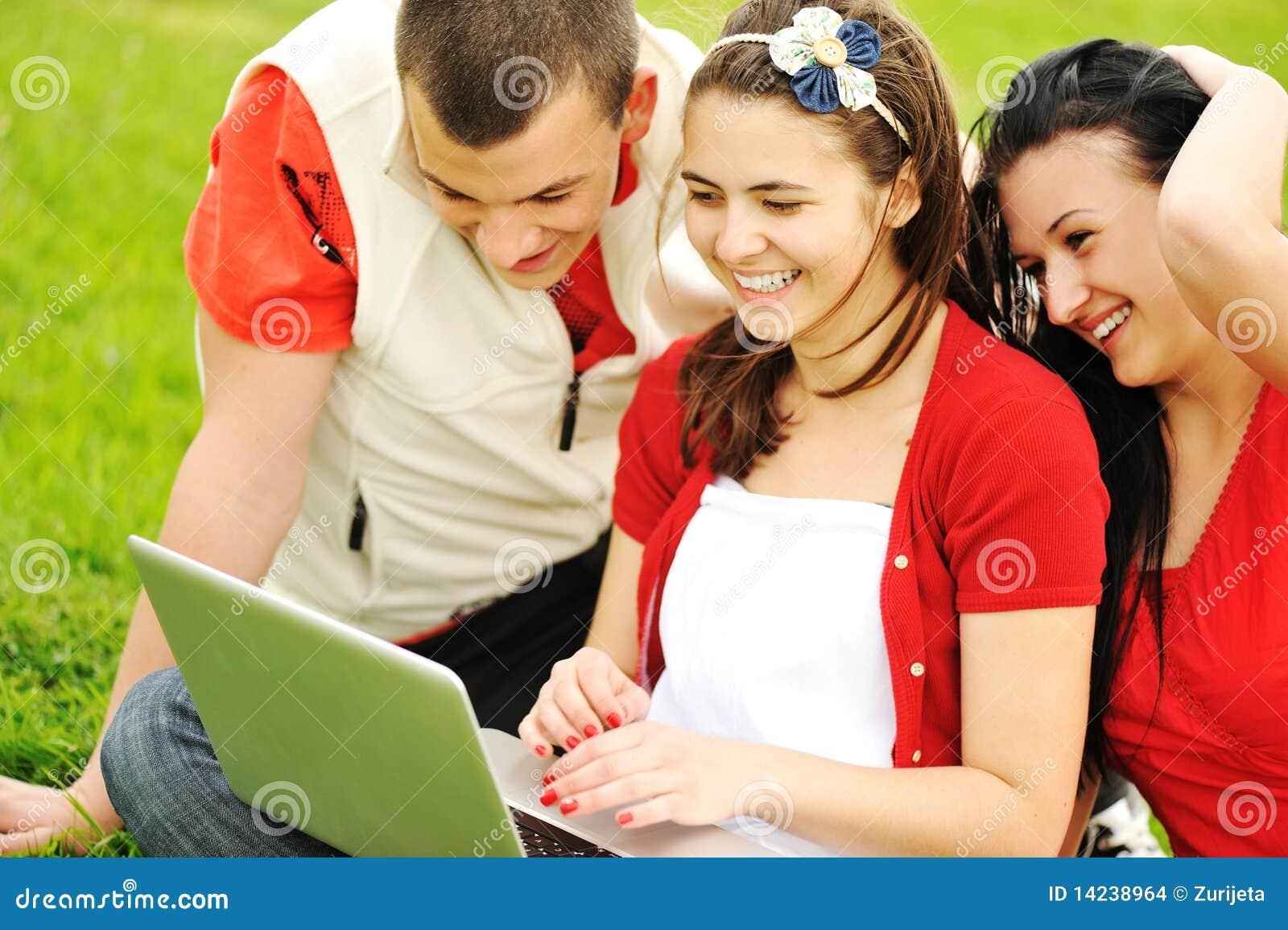 Imagenes de archivo: Adolescentes al aire libre, escena hermosa