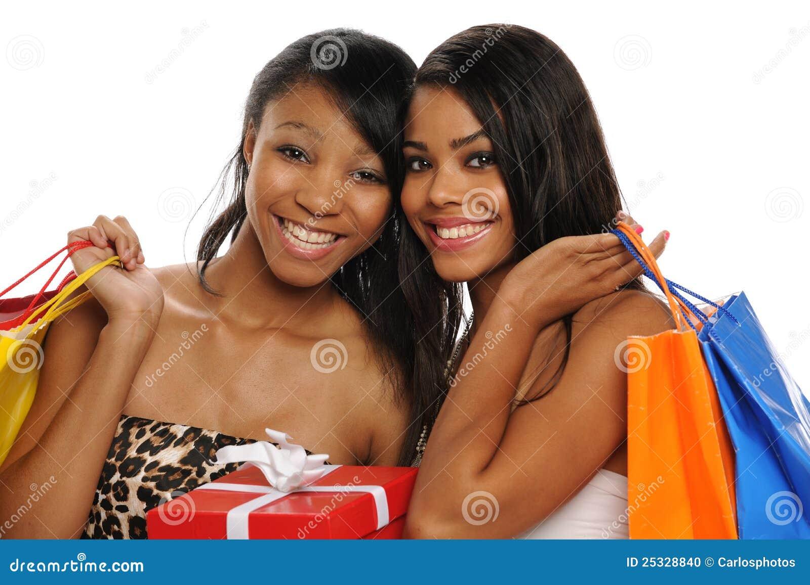 Adolescentes bonitos que prendem sacos de compra