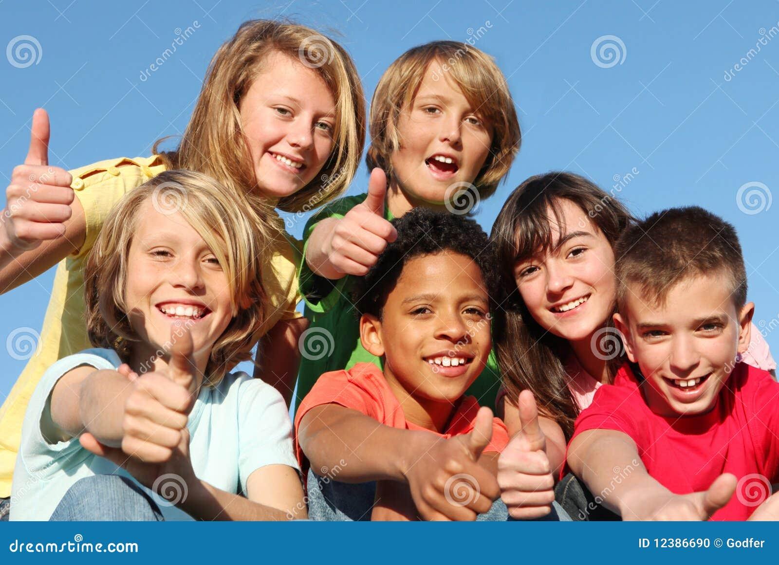 Adolescentes com polegares acima