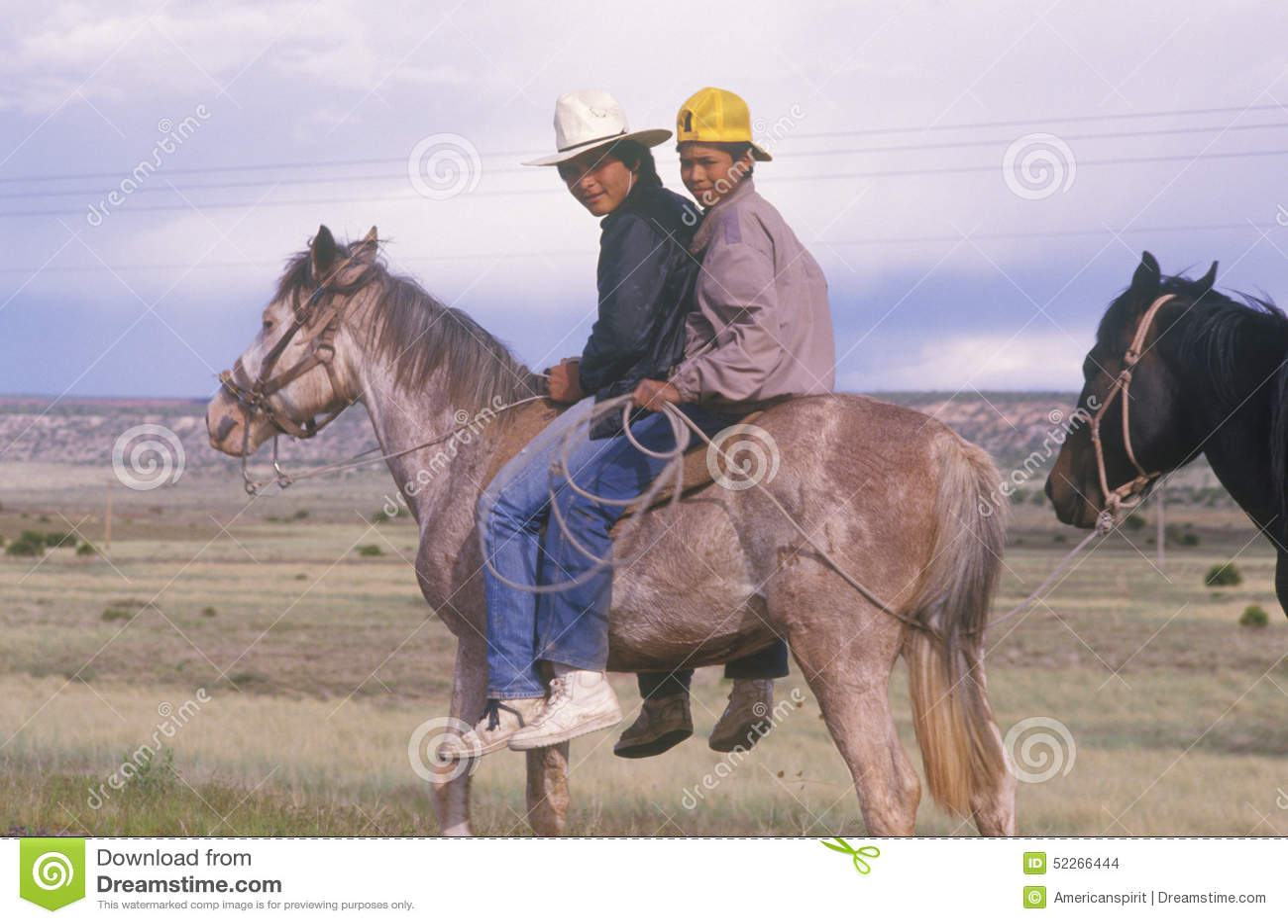 Adolescentes do nativo americano a cavalo, nanômetro